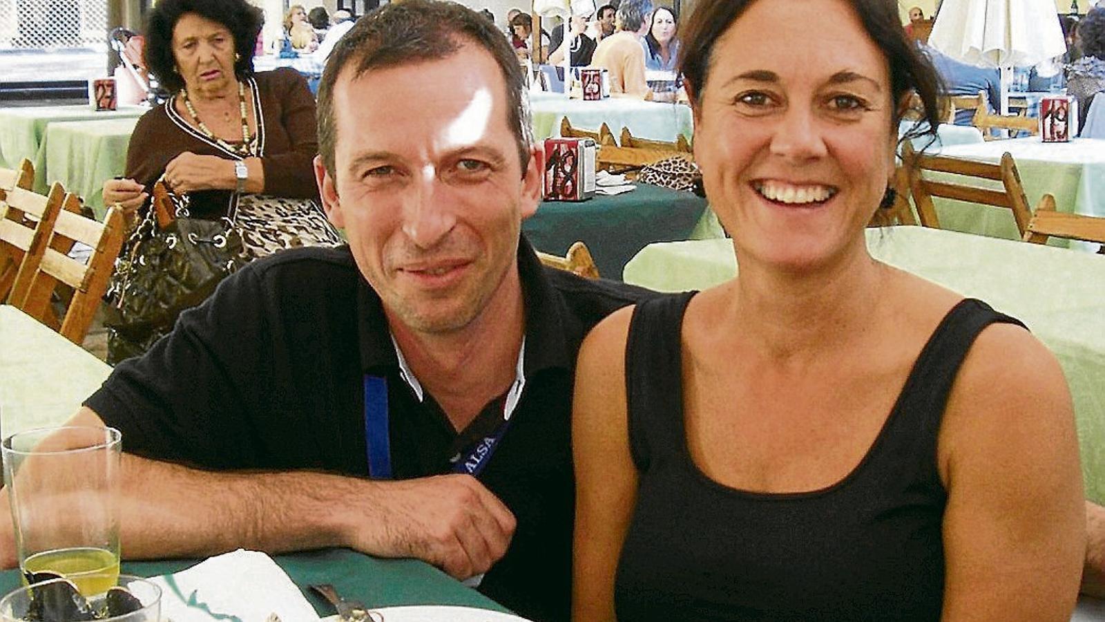 Els infermers Enric Mateo i Alba Brugués en un dinar a la terrassa d'un restaurant d'Oviedo durant la celebració d'un congrés a la capital d'Astúries.