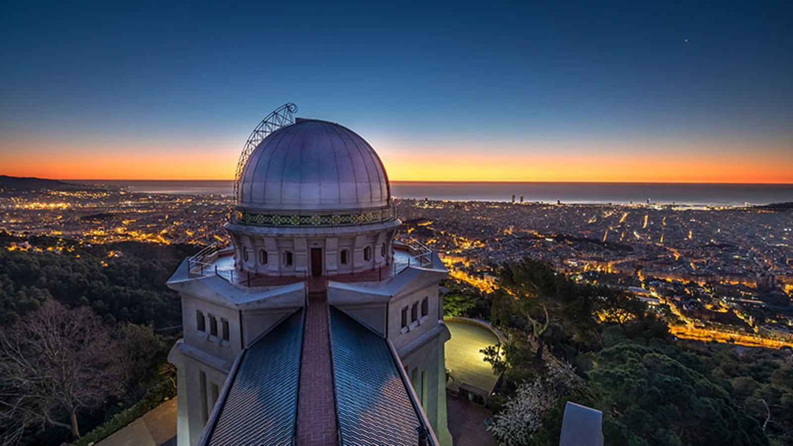 La cúpula del Fabra fa pocs dies de matinada / ALFONS PUERTAS
