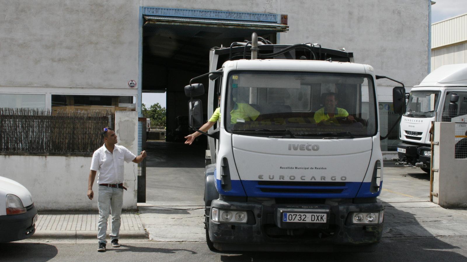 Treballadors de Lumsa sortint amb un vehicle de la nau de l'empresa.