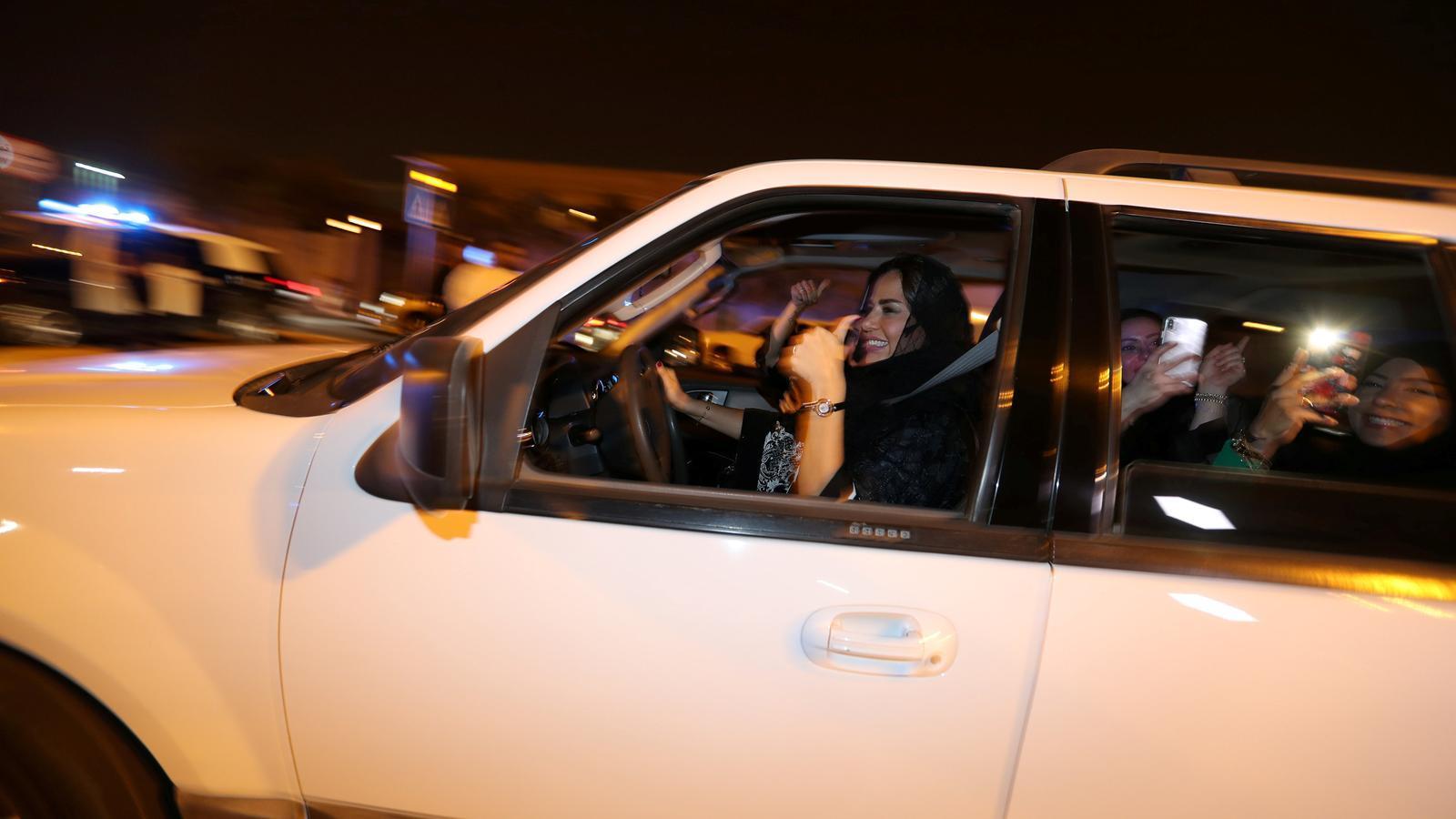 Una dona celebra amb les seves amigues que pot conduir a la ciutat saudita d'Al-Khubar.
