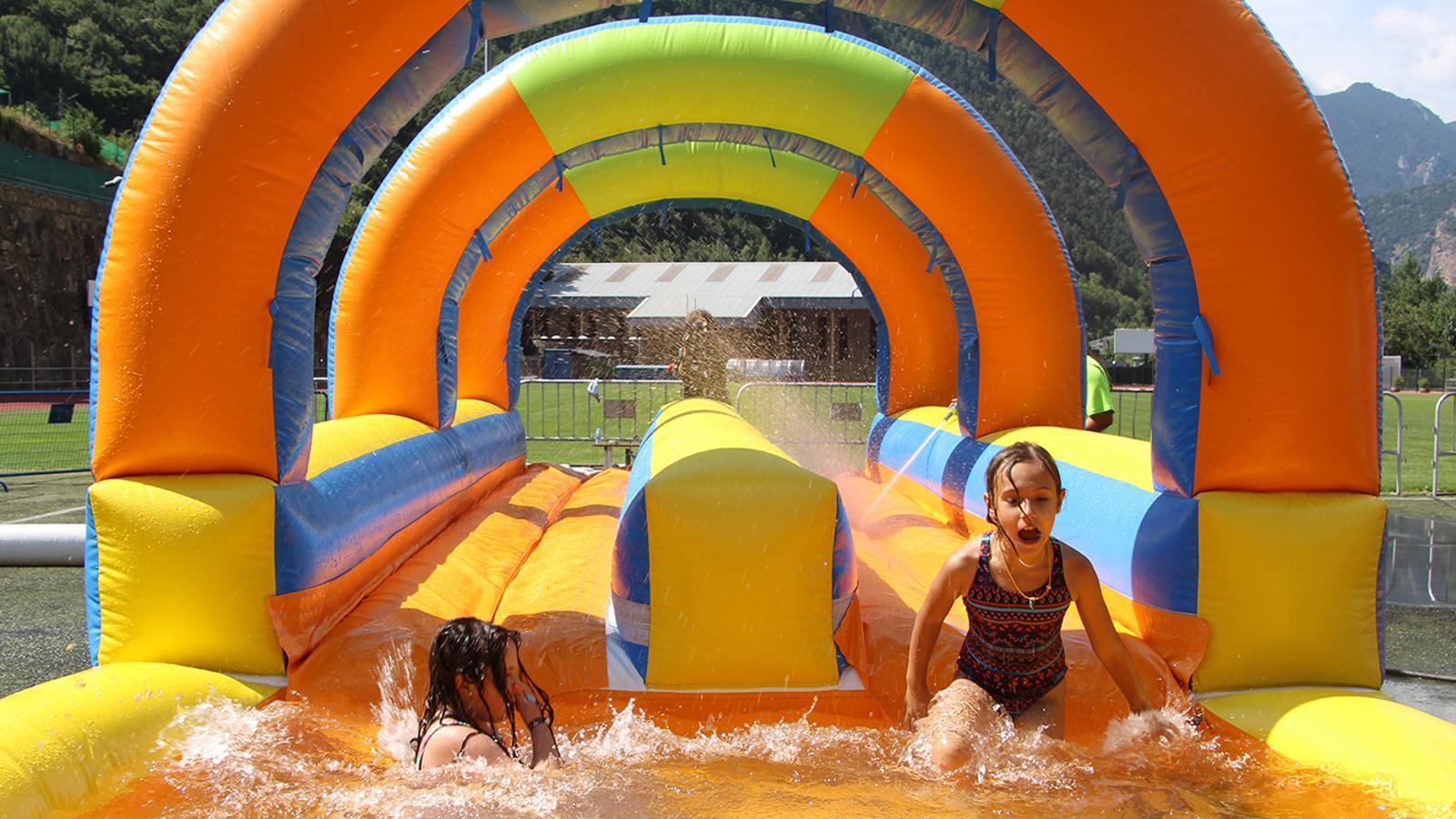 Infants a l'aquaparc d'Andorra la Vella aquest divendres al matí. / M. F. (ANA)