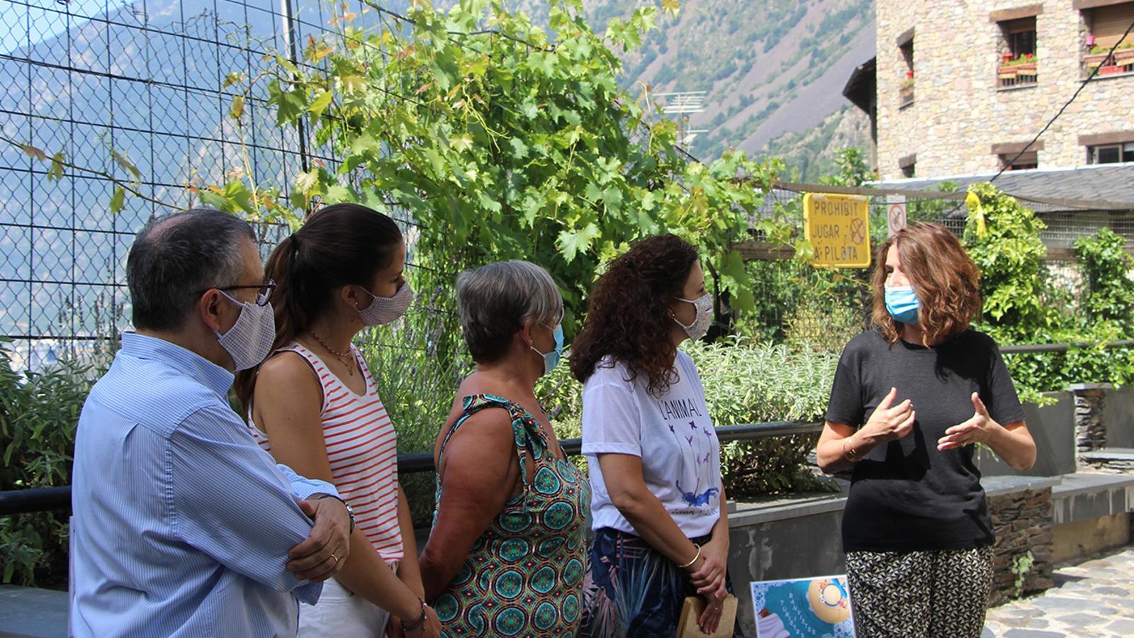 El conseller de Vida Cultural i Aparcaments d'Escaldes-Engordany, Valentí Closa; dues actrius; la directora artística de l'espectacle, Irina Robles, i la cap del departament de Cultura, Anna Garcia. / M. F. (ANA)