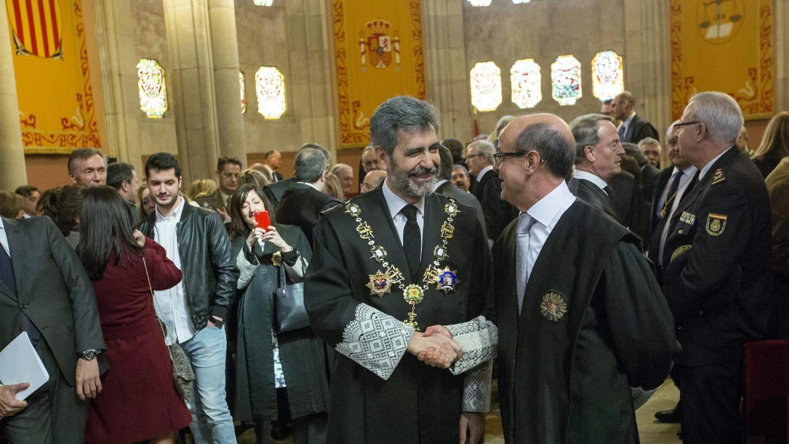 El president del CGPJ, Carlos Lesmes -a l'esquerra-, felicitant el nou president del TSJC, Jesús María Barrientos.