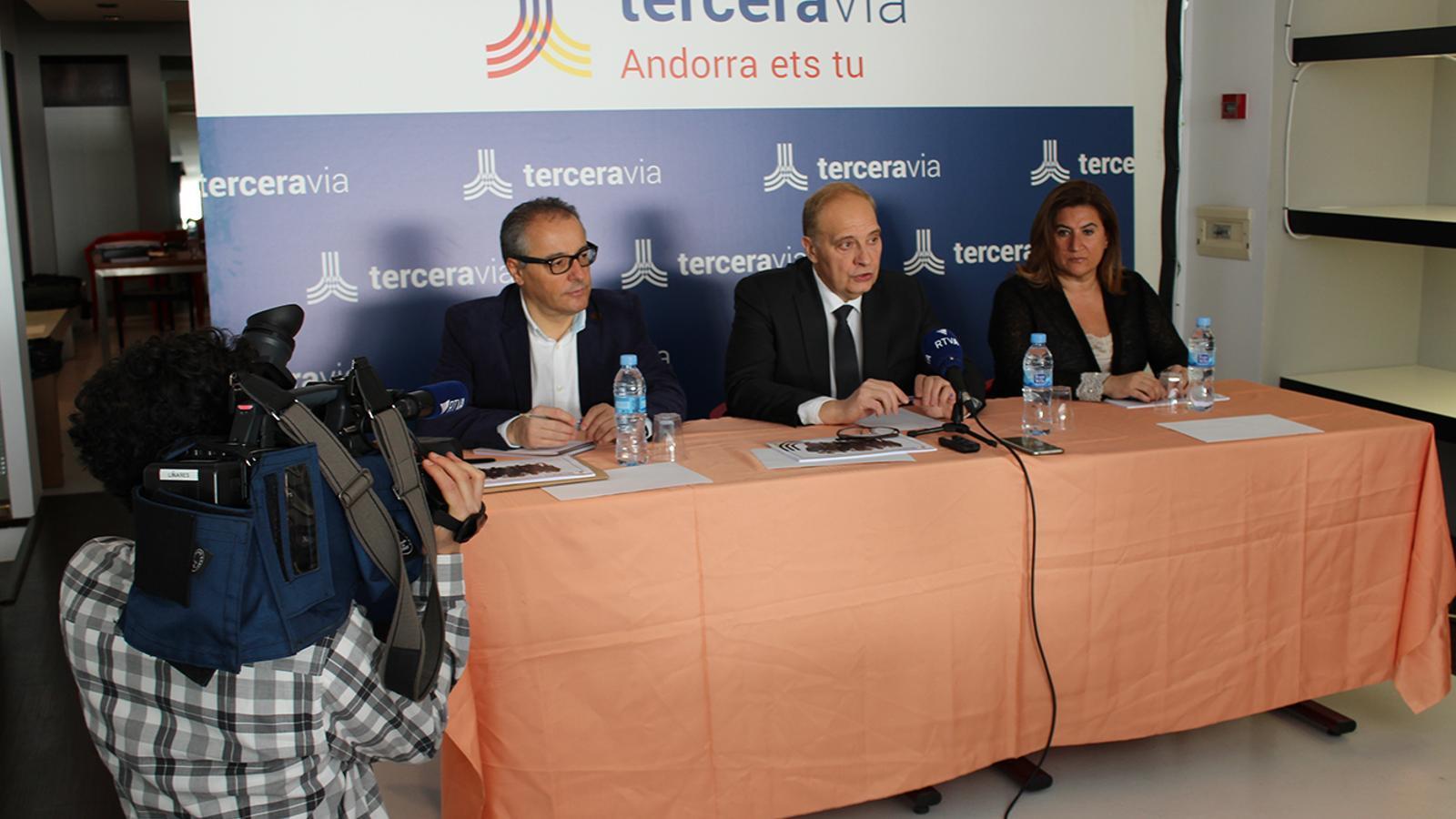 Joan Carles Camp, Josep Pintat i Ruth Vila, els tres primers de la llista nacional de Terceravia durant la roda de premsa d'aquest divencres. / TERCERAVIA