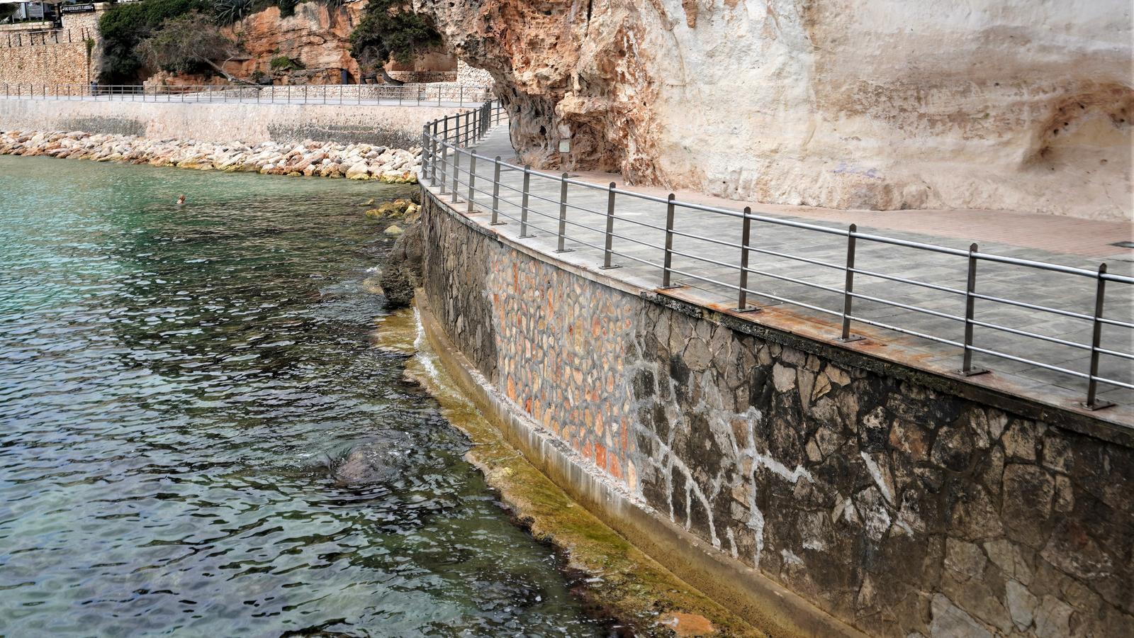 Imatge del passeig de les Coves Blanques a Portocristo ja restaurat.