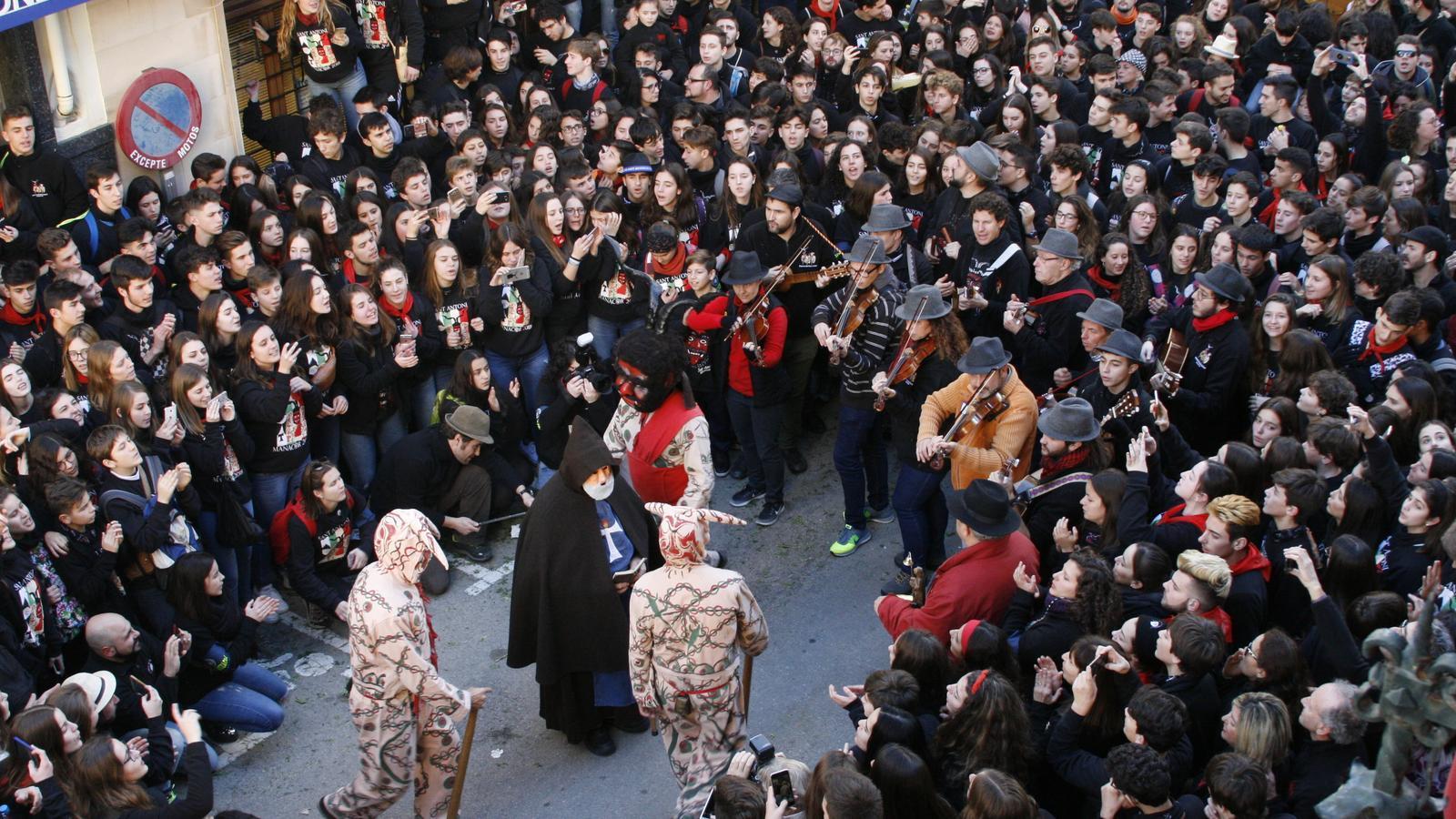 Ball de Sant Antoni i els dimonis davant l'edifici de La Sala de Manacor.