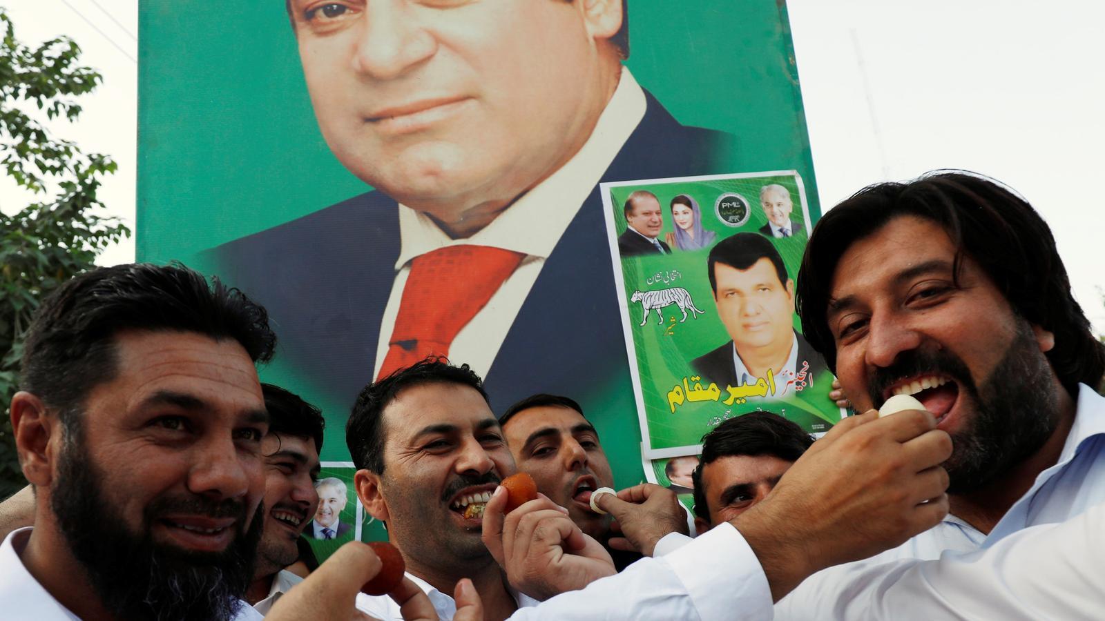 Simpatitzants de Nawaz Sharif repartint caramels a Peshawar per celebrar la seva llibertat