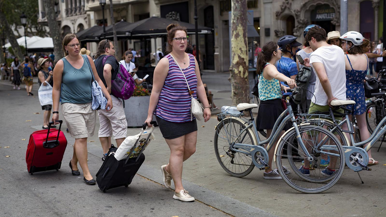 Un grup de turistes al passeig de Gràcia, una de les zones de la ciutat on els visitants fan més compres.