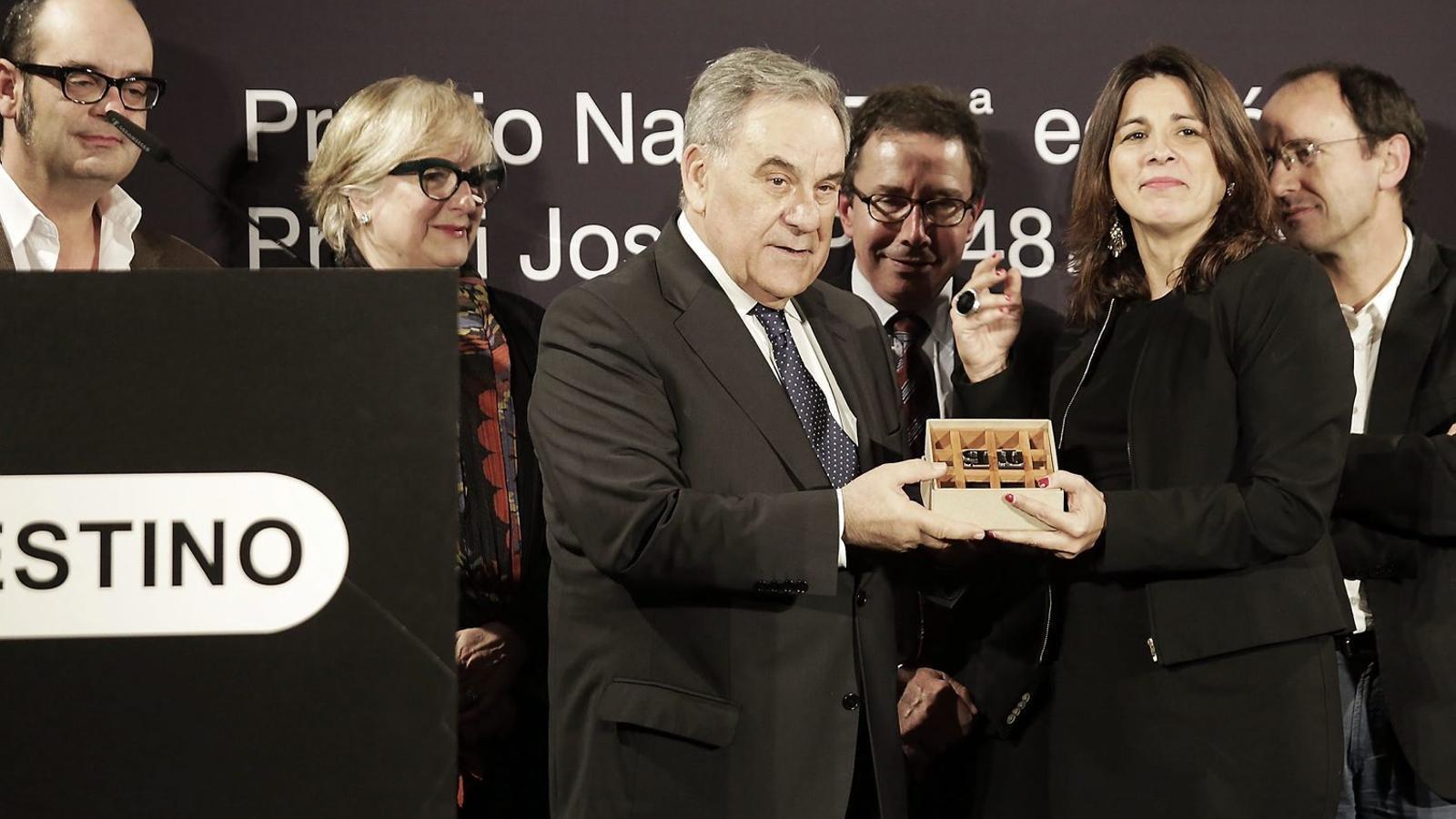 Lluís Foix, guanyador del premi Pla, en el moment de rebre el guardó a la cerimònia de lliurament a l'Hotel Palace de Barcelona. / PERE VIRGILI