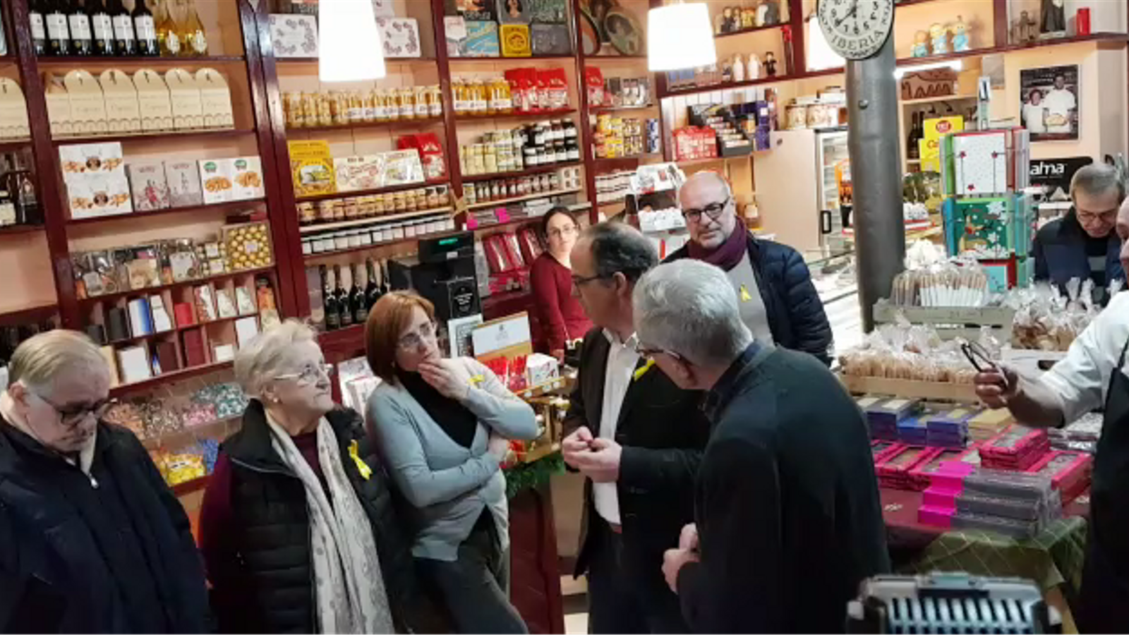 Turull conversa amb els pares de Puigdemont a la pastisseria que tenen a Amer