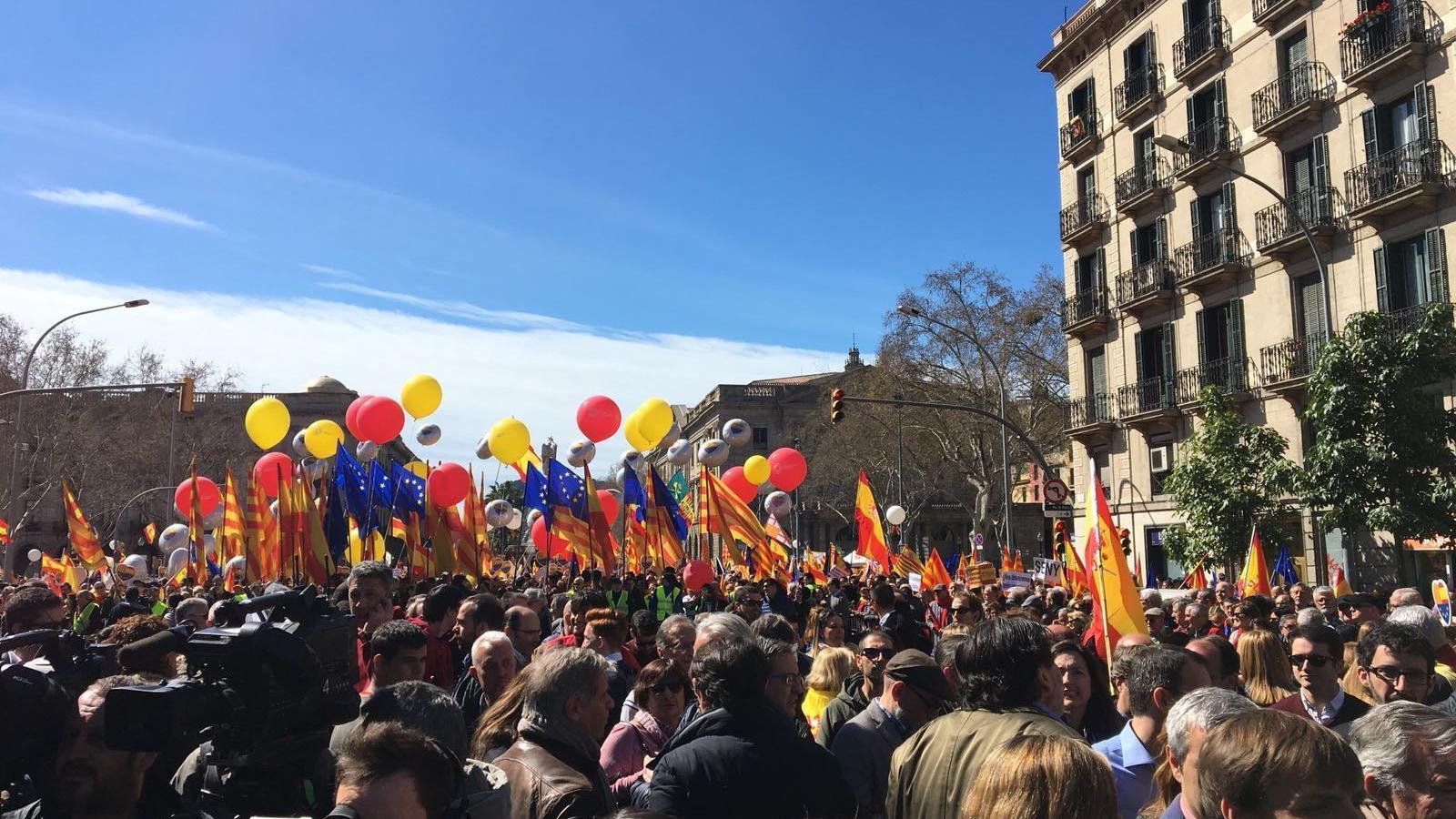 La manifestació de Societat Civil Catalana davant l'Estació de França.