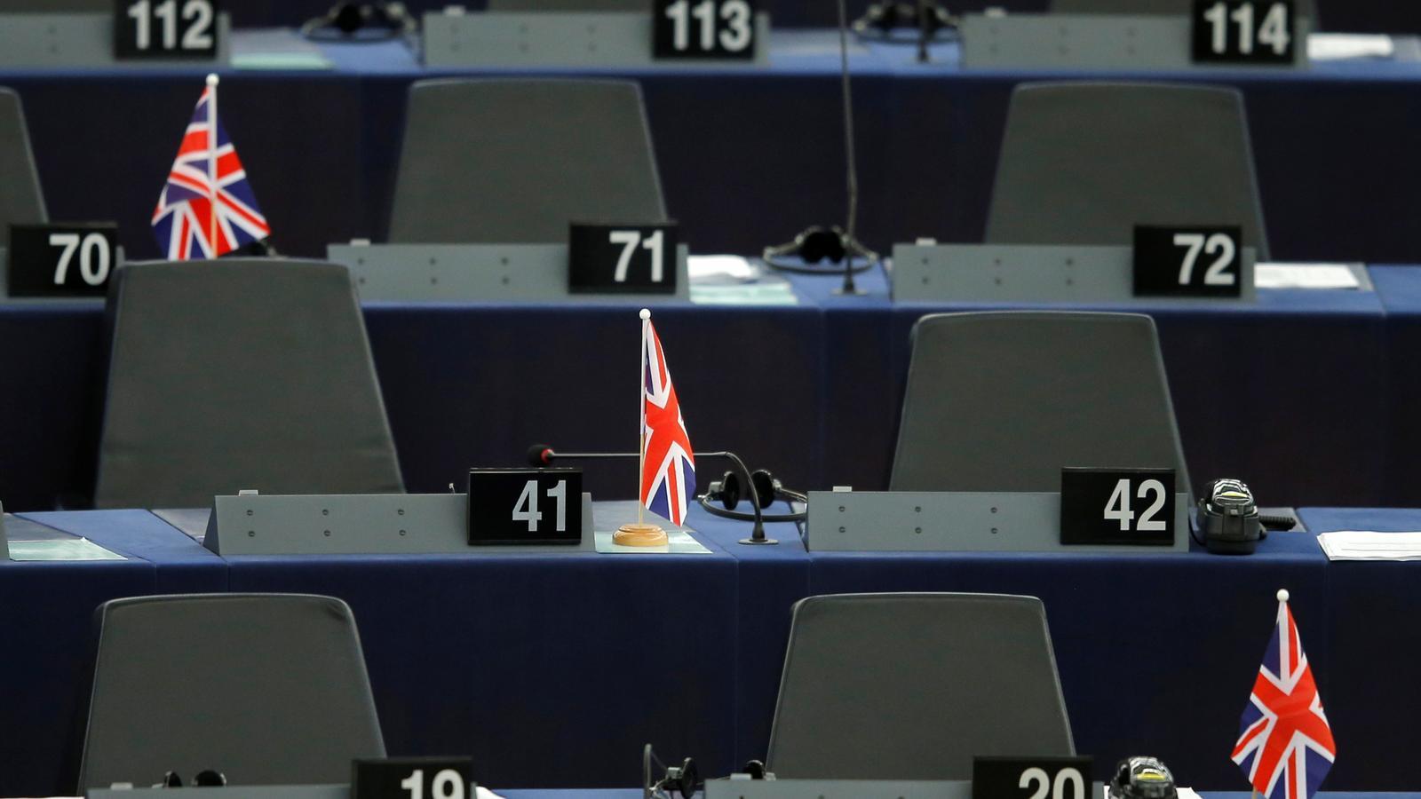 Banderas británicas en los escaños vacíos del Parlamento Europeo.