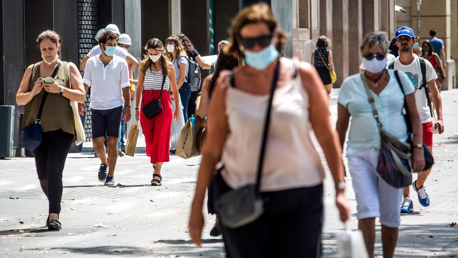 Persones passejant per la plaça Catalunya de Barcelona el dia abans de decretar-se l'obligatorietat d'utilitzar mascareta encara que es pugui mantenir distància de seguretat
