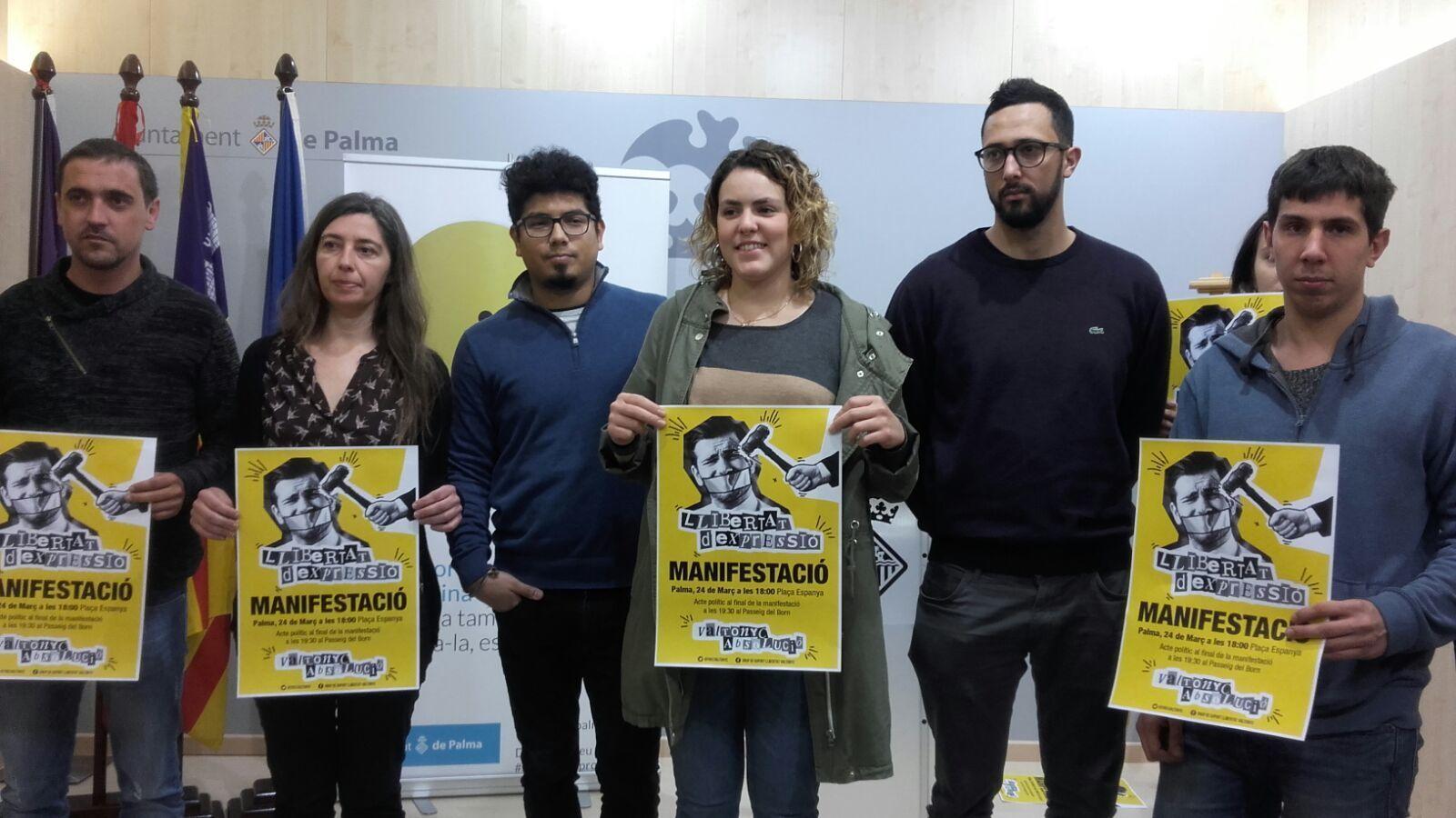 El regidor de Podem, Aligi Molina, i la regidora de MÉS, Neus Truyol, amb Valtònyc i el seu grup de suport.