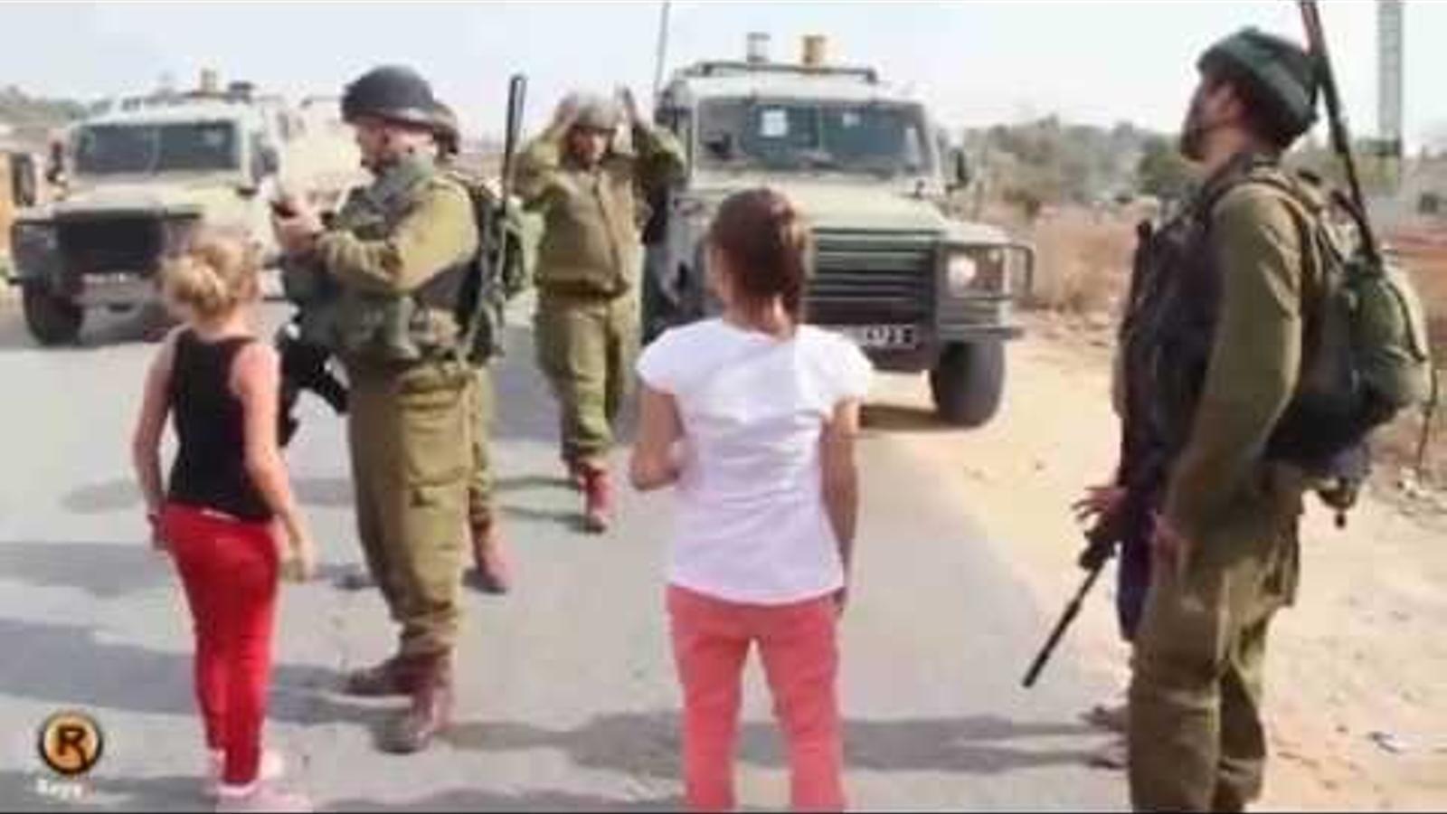Ahed Tamimi, de nena, s'enfronta als soldats israelians.