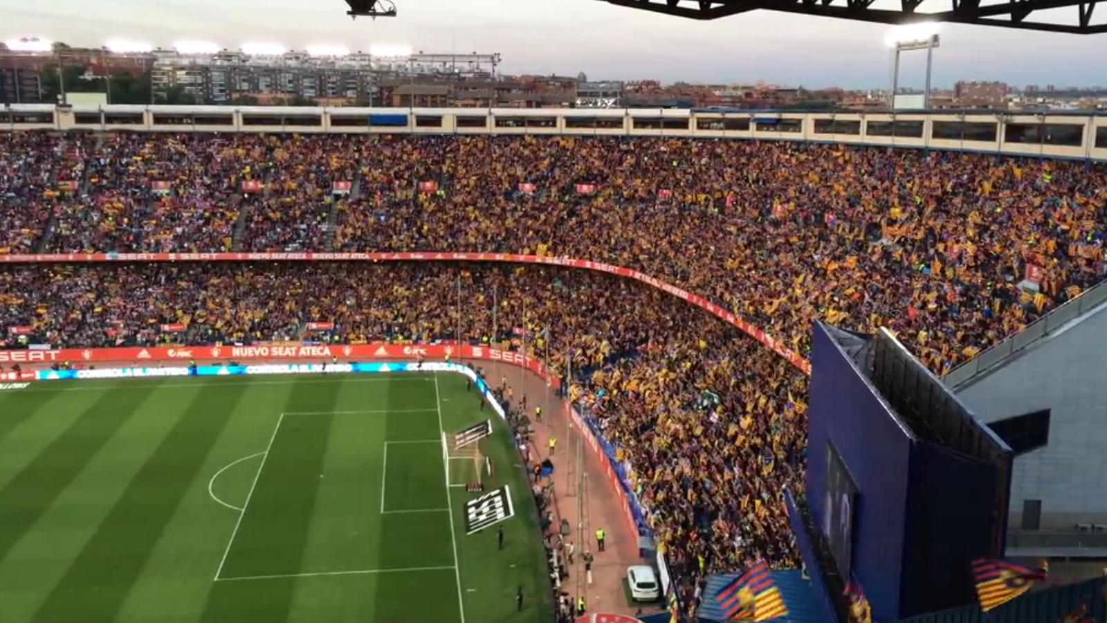 Multitud de senyeres i estelades s'han exhibit mentre sonava l'himne espanyol