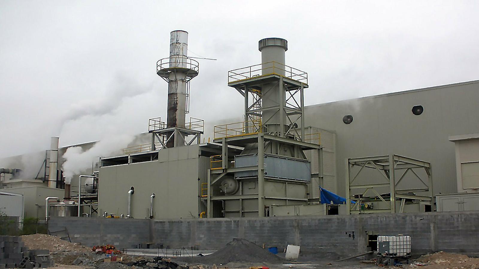 Una planta de cogeneració, que fa servir l'escalfor del vapor dels processos de producció industrial per ser més eficient energèticament, en una imatge d'arxiu.