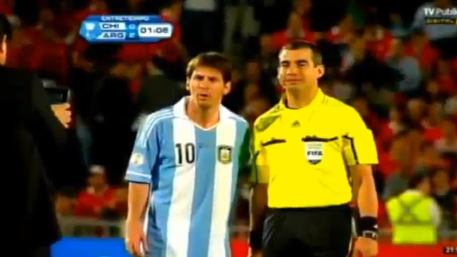 Un jutge de línia demana fer-se una foto amb Messi al descans del partit Xile-Argentina