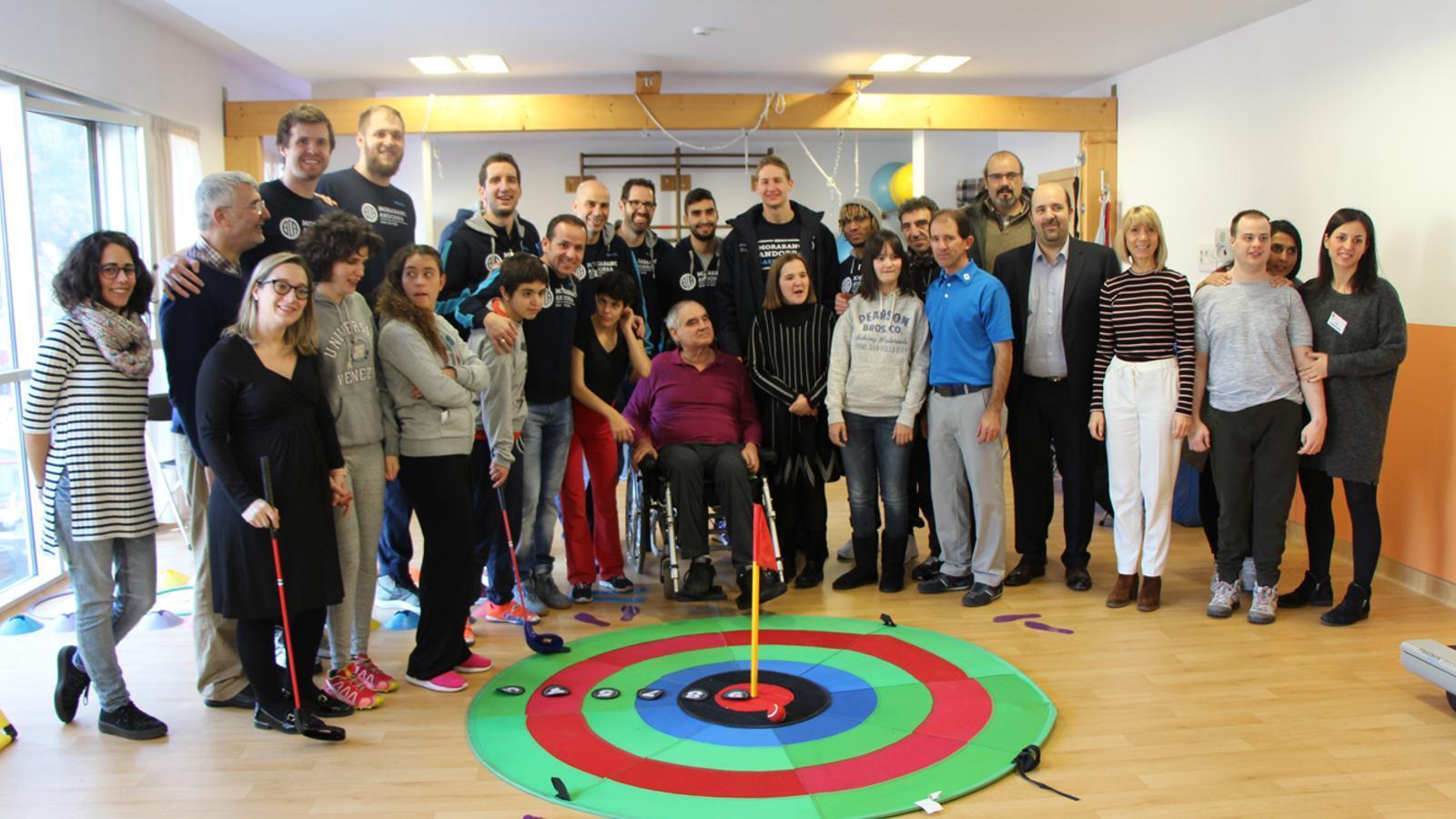 Foto de família dels jugadors del MoraBanc Andorra i usuaris de l'EENSM amb el nou equipament de golf del centre. / L. M. (ANA)