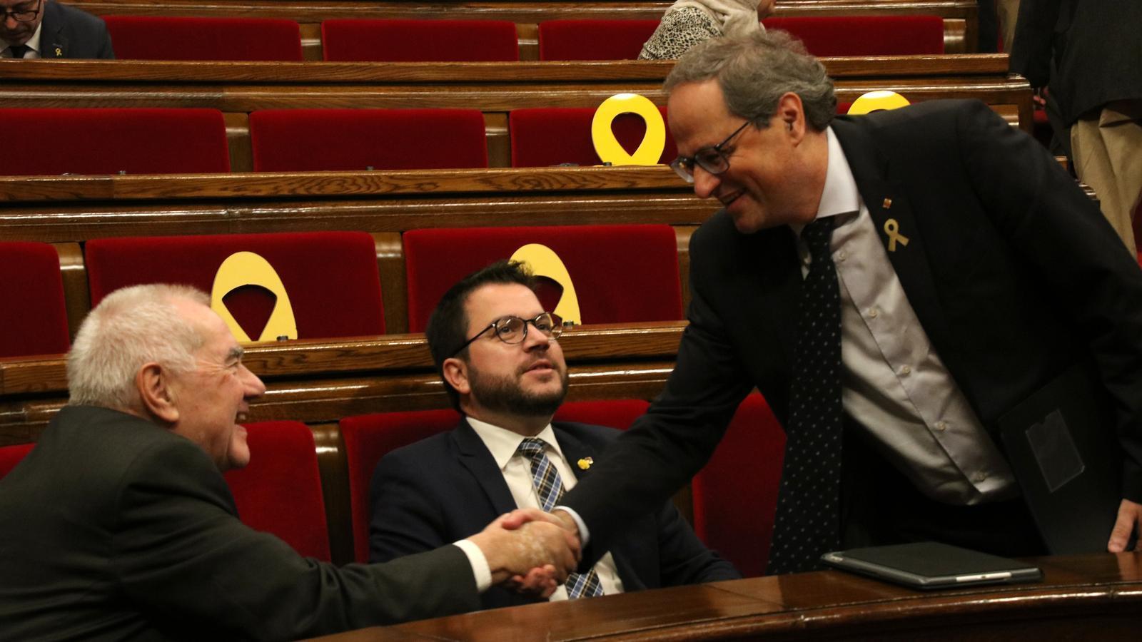 El president Quim Torra saluda els consellers Ernest Maragall i Pere Aragonès a l'hemicicle del Parlament