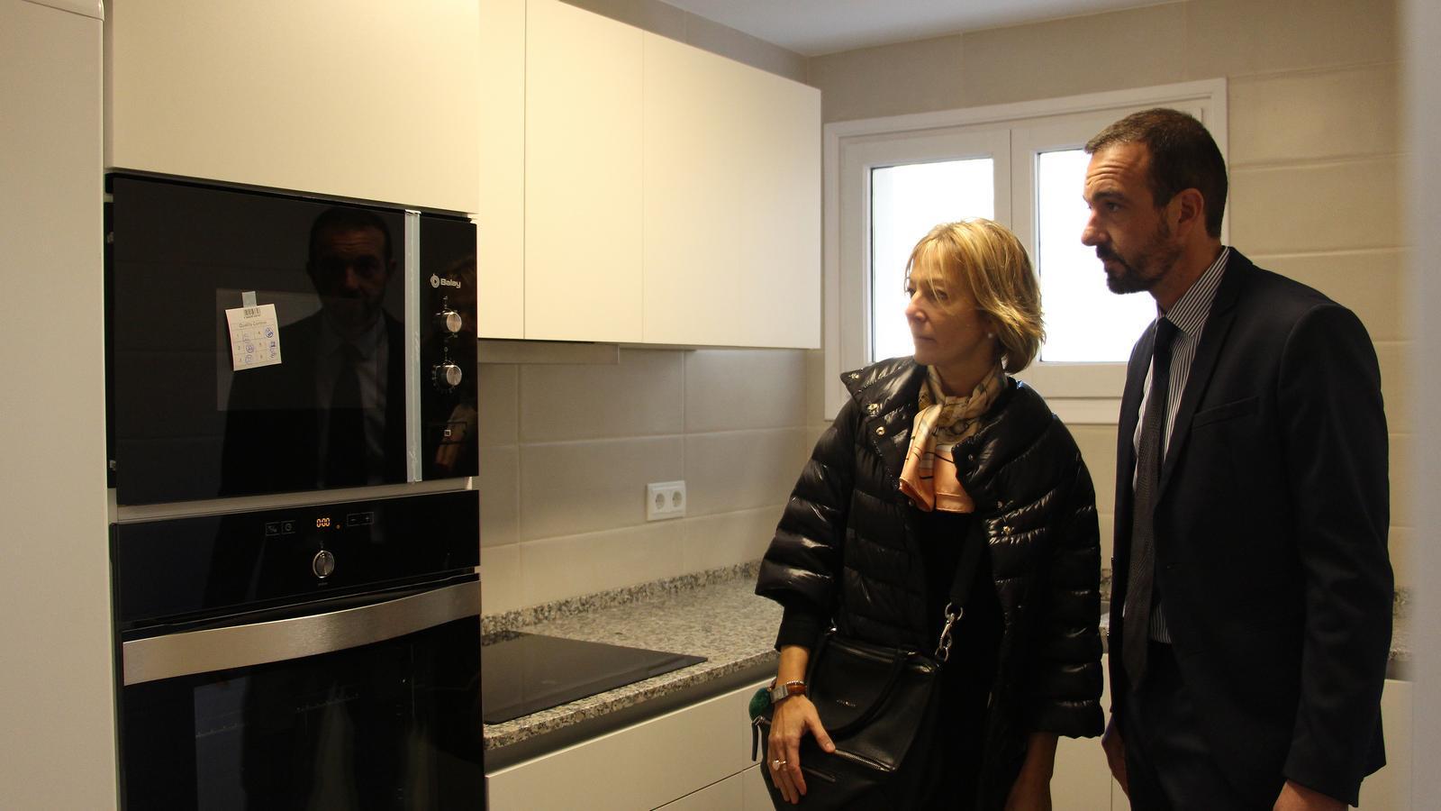 El ministre d'Ordenament Territorial, Jordi Torres, i la secretària d'Estat d'Afers Socials i Ocupació, Ester Fenoll, visiten un pis social ubicat a Encamp. / ARXIU ANA