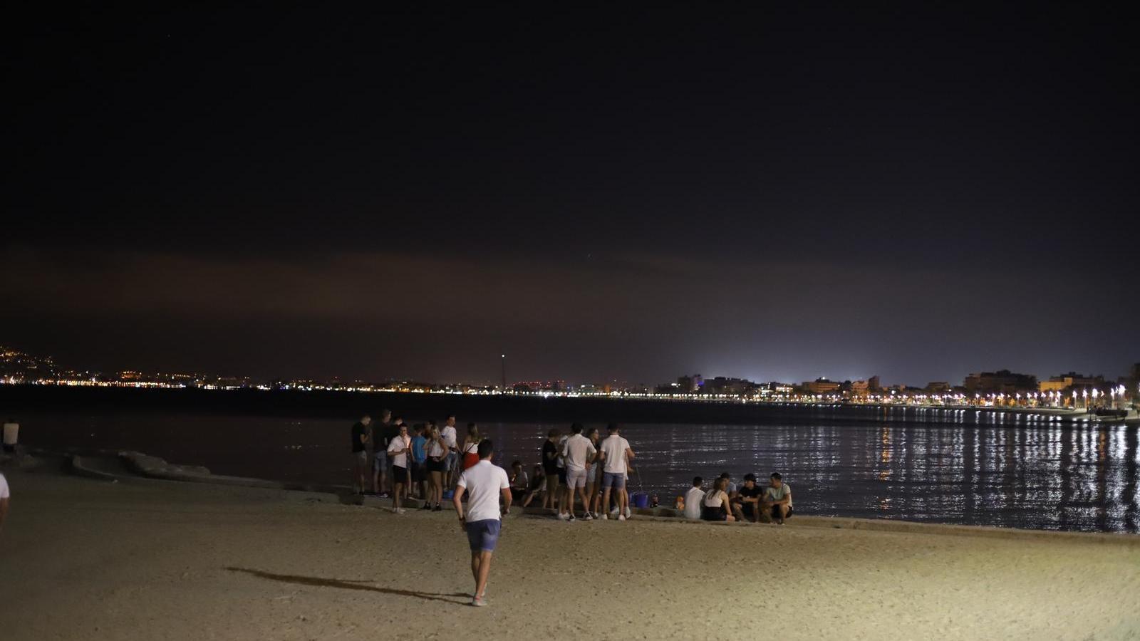 Aglomeració de joves a la desembocadura del torrent dels Jueus, a l'Arenal, la primera nit que el Govern va tancar els epicentres del turisme de gatera a Mallorca.