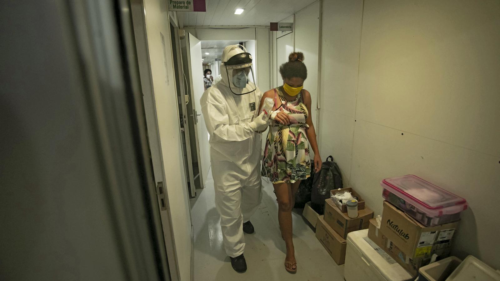 Una treballadora de la secretaria especial per a la salut indígena assistint una dona de la tribu tupinambá embarassada i amb coronavirus