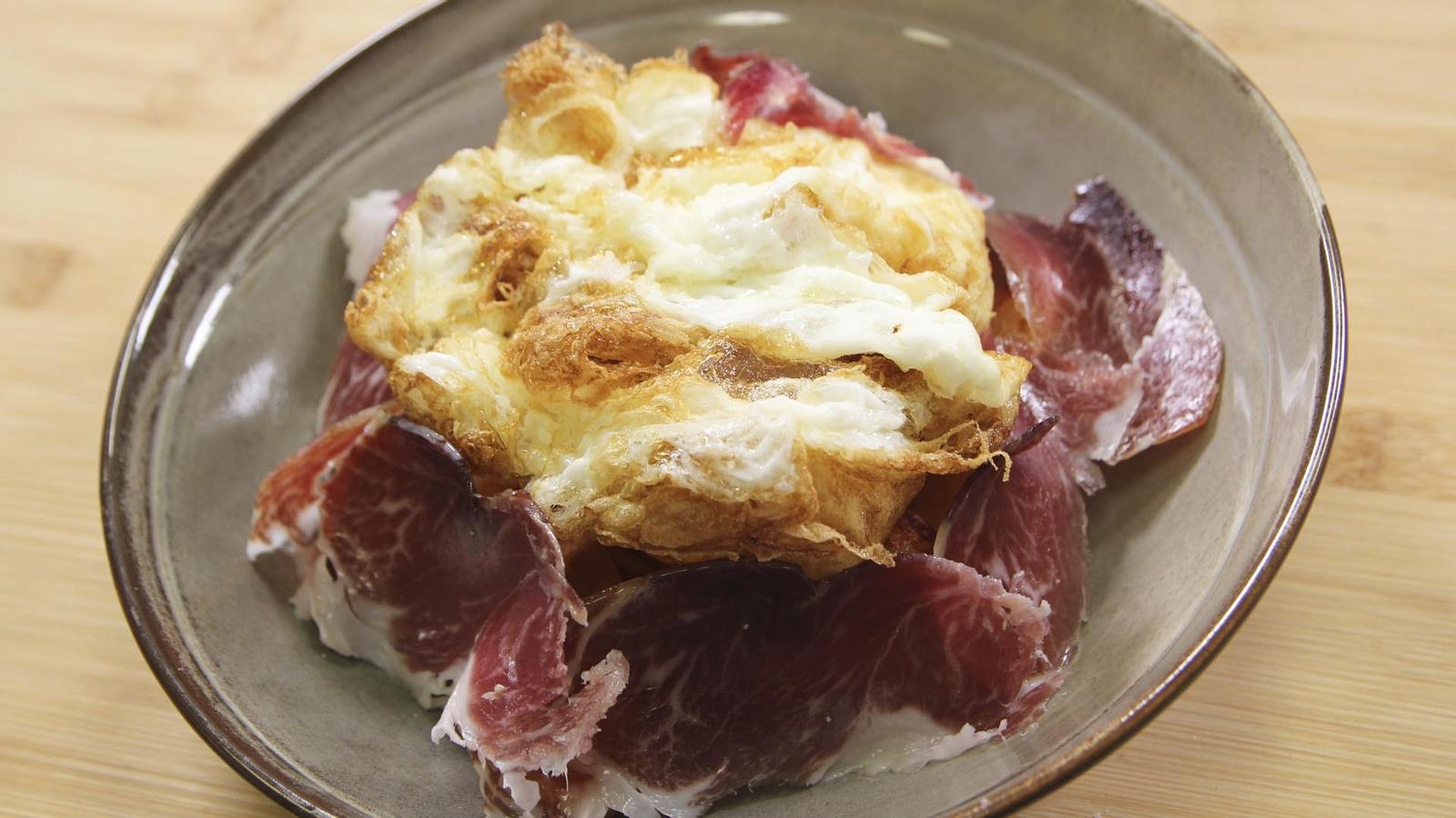 Ous estrellats amb patates i pernil ibèric