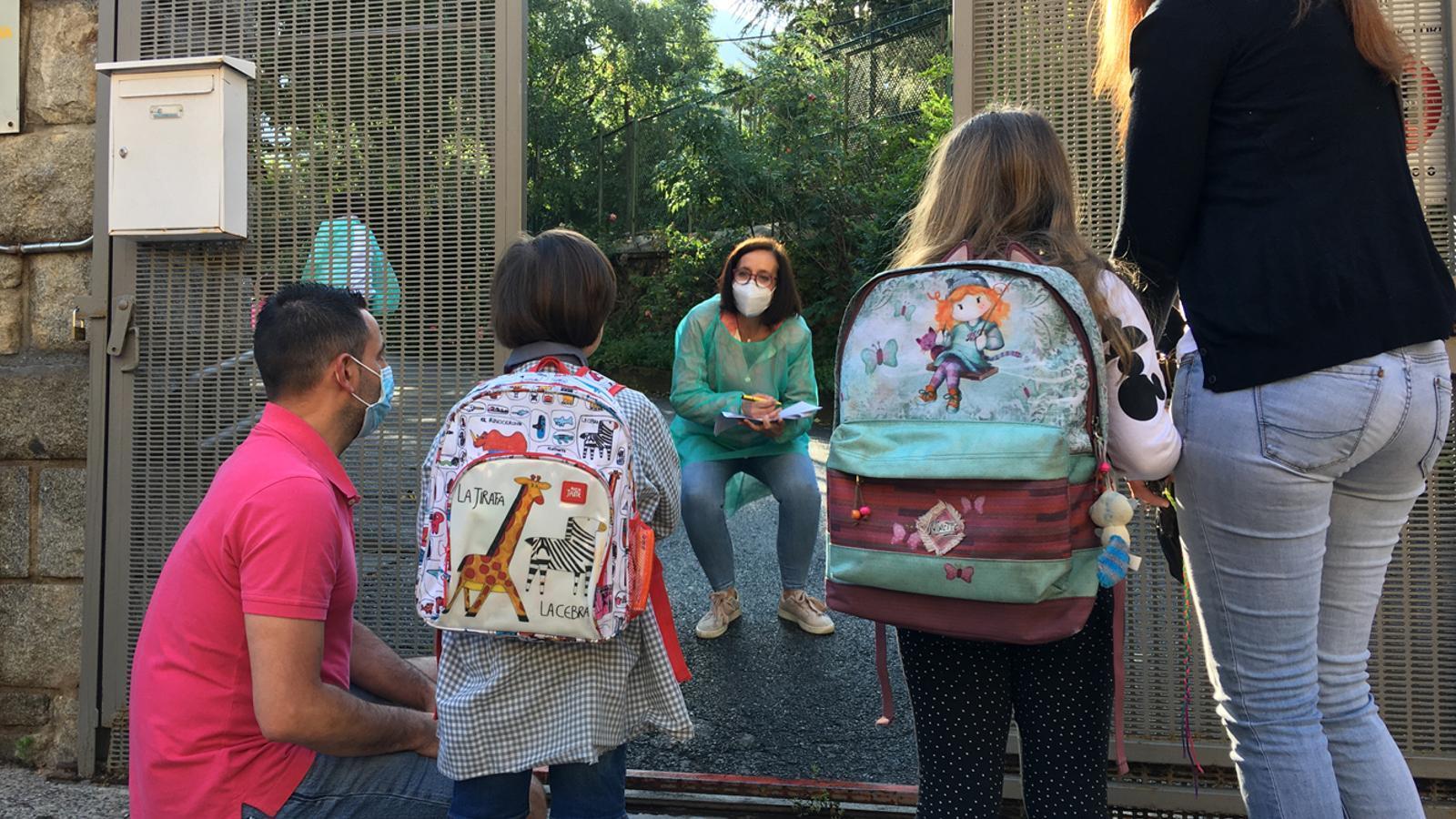 Els infants comencen a entrar a l'escola amb mesures d'higiene i seguretat. / M. P. (ANA)
