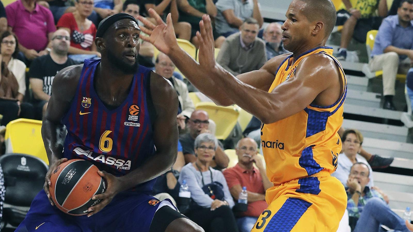 Chris Singleton, aler pivot del Barça Lassa, intentant superar Eulis Báez, jugador de l'Herbalife Gran Canària.