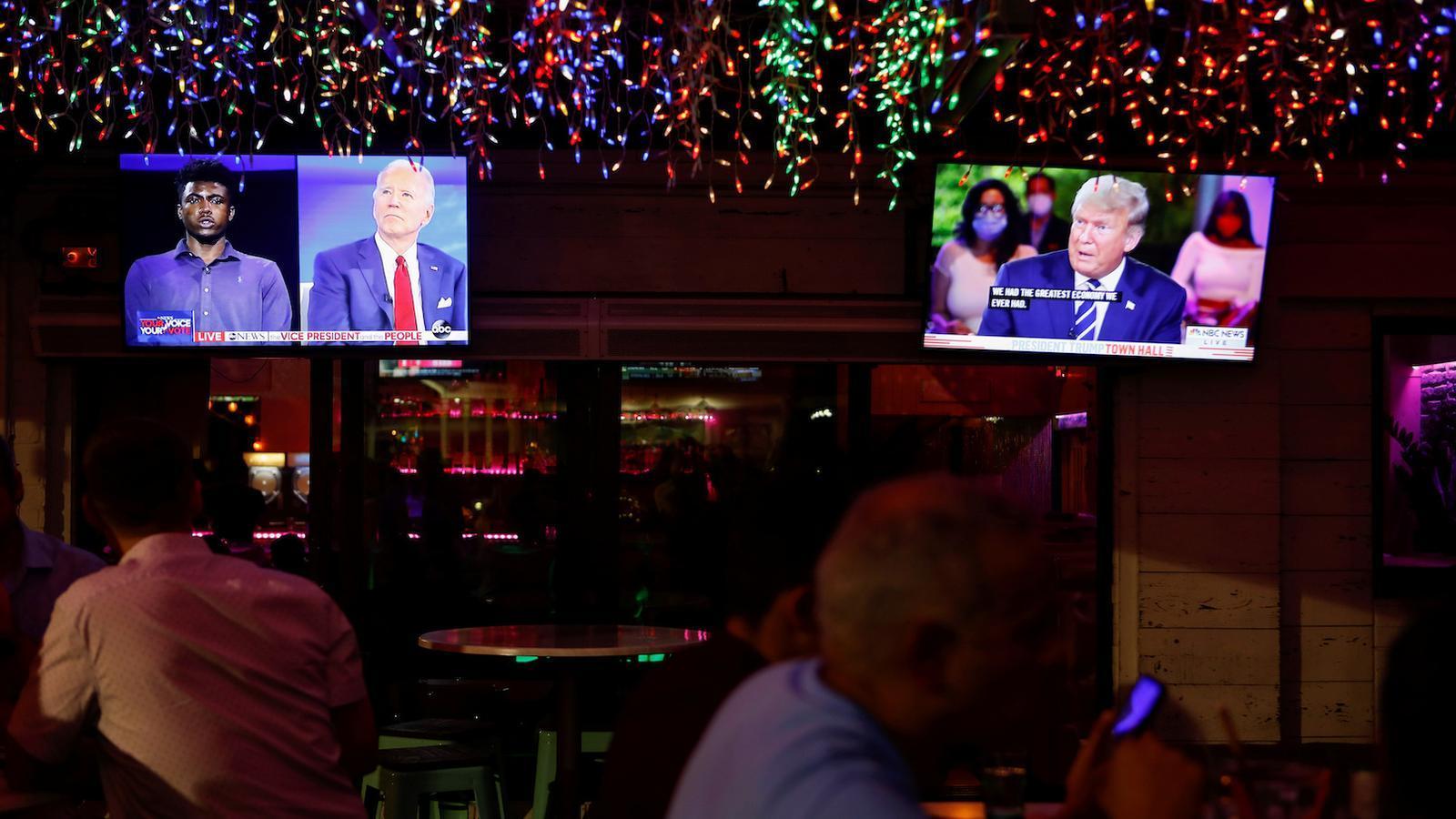 Els dos cara a cara amb votants que han fet Donald Trump i Joe Biden s'emeten en dues televisions alhora en un restaurant de Florida.