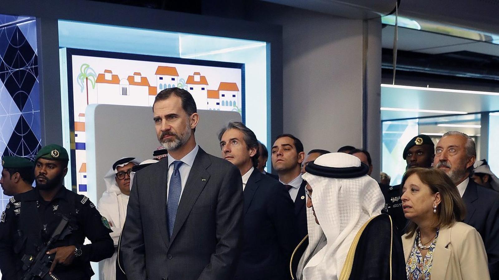 El rei Felip VI  en una visita a una planta d'energia renovable, a Riad, durant el seu viatge amb una delegació d'empresaris  a l'Aràbia Saudita.