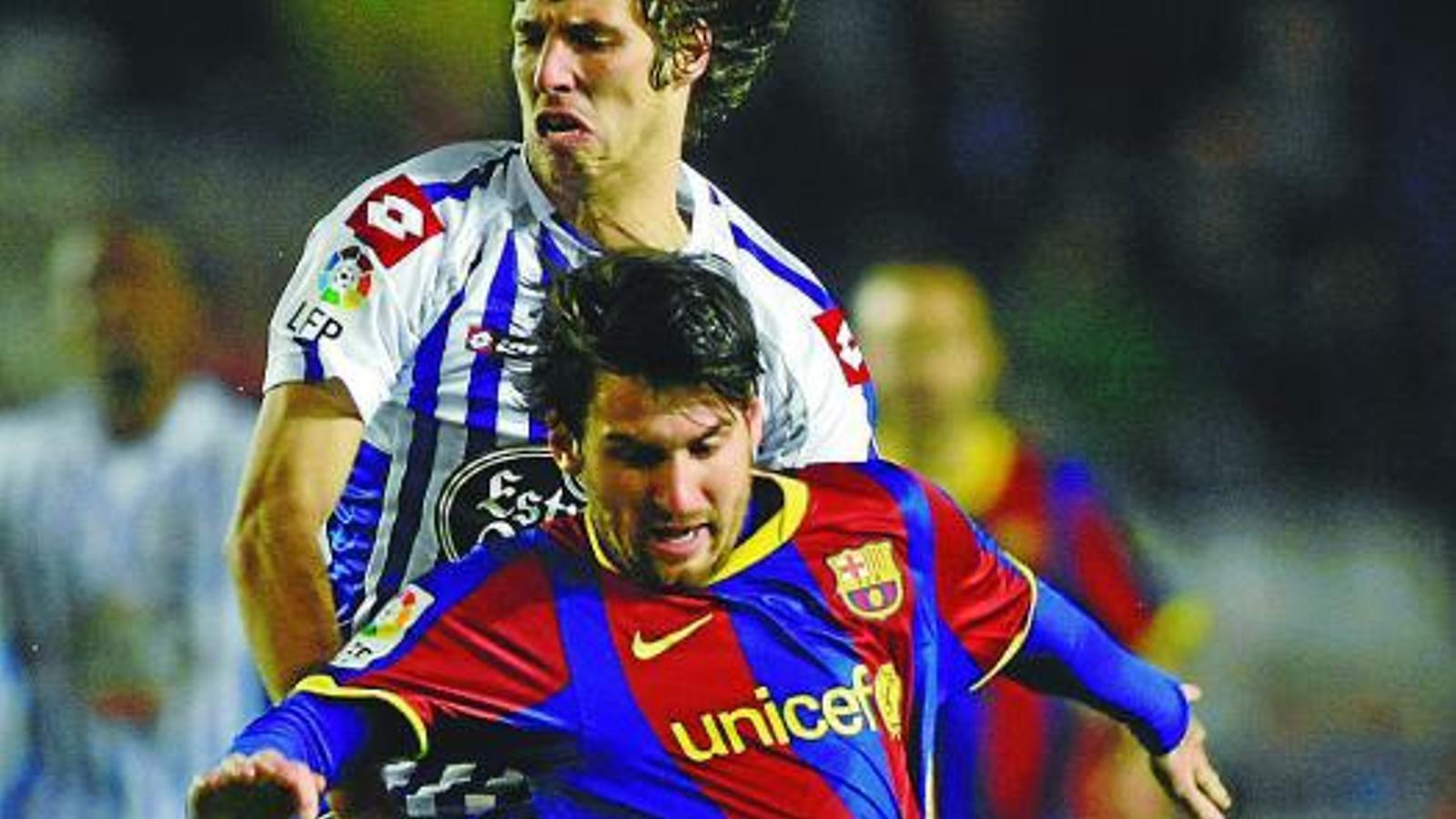Els jugadors del Deportivo van intentar aturar Messi de totes les maneres possibles. Rubén Pérez no va poder evitar que l'argentí arribés amb facilitat a l'àrea. / MIGUEL VIDAL / REUTERS