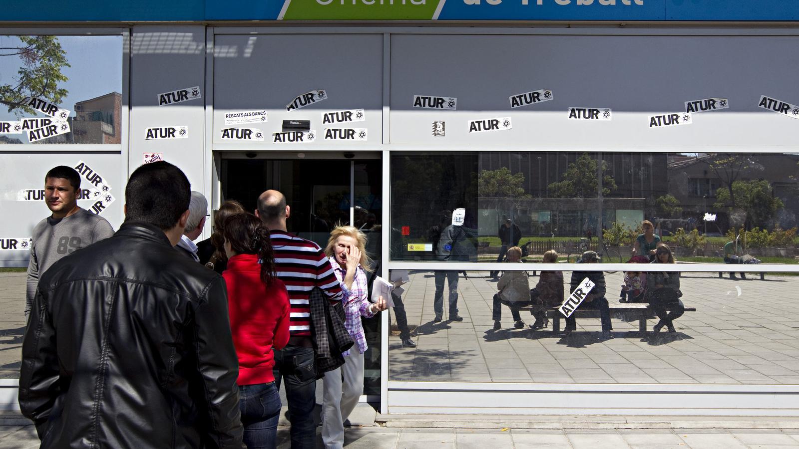 L 39 atur baixa a catalunya mentre davalla la poblaci activa for Oficina atur