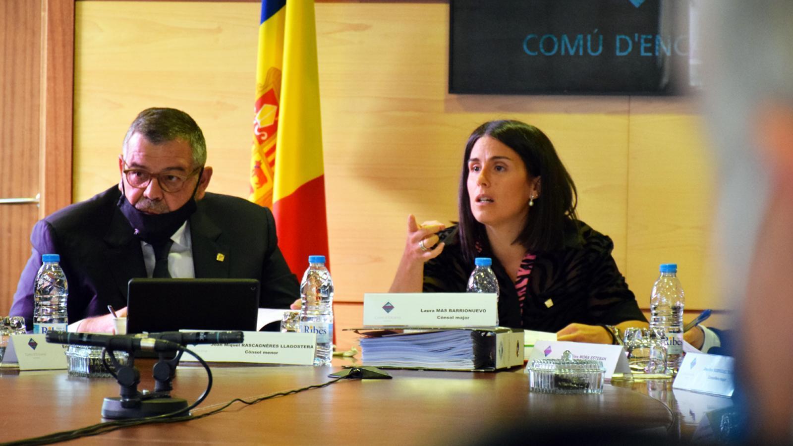 Els cònsols d'Encamp, Laura Mas i Jean Michel Rascagneres, durant la sessió ordinària del consell de comú celebrada aquest divendres al Pas de la Casa