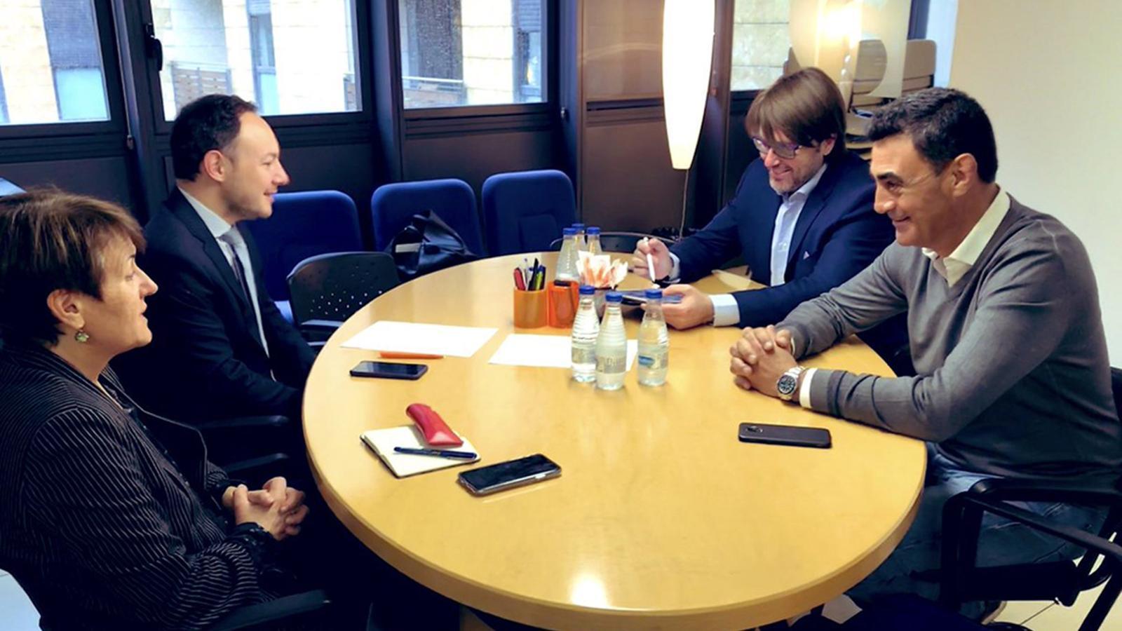 Roser Suñé i Xavier Espot (DA) i Carles Naudi i Raül Ferré (CC) durant la reunió d'aquest dijous. / DEMÒCRATES