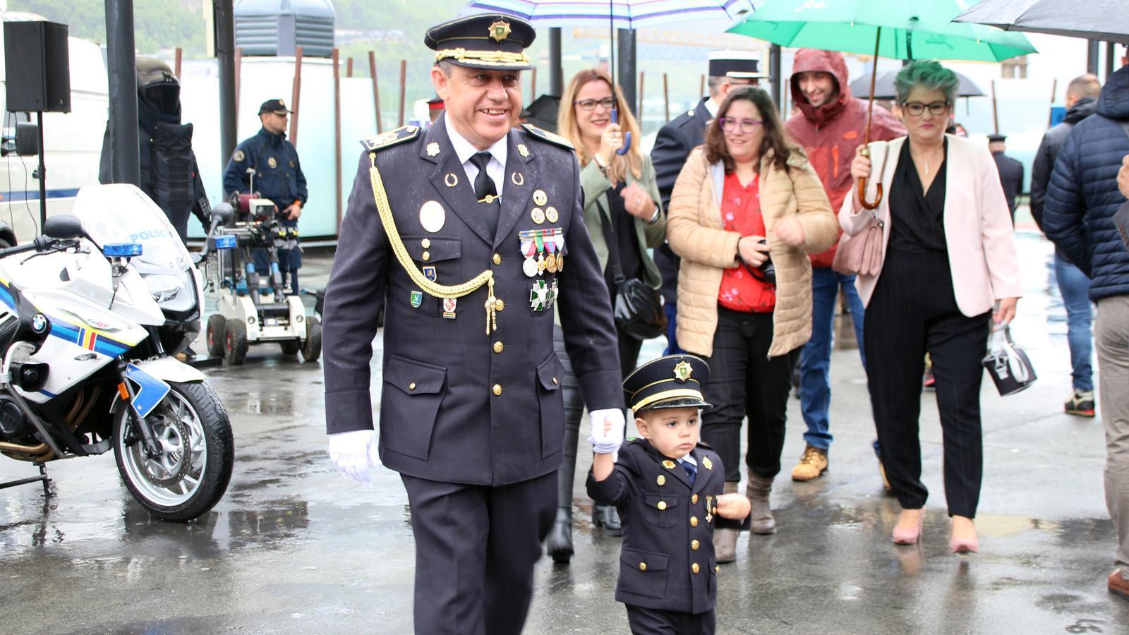 El director de la Policia, Jordi Moreno, amb un infant durant la festivitat de la Patrona del cos de Policia. / C. G. (ANA)
