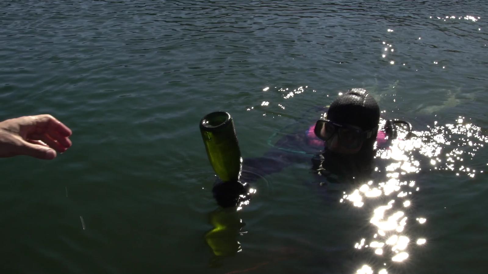 Vídeo del procés d'extracció de les ampolles del fons del llac de Pessons. / Grandvalira