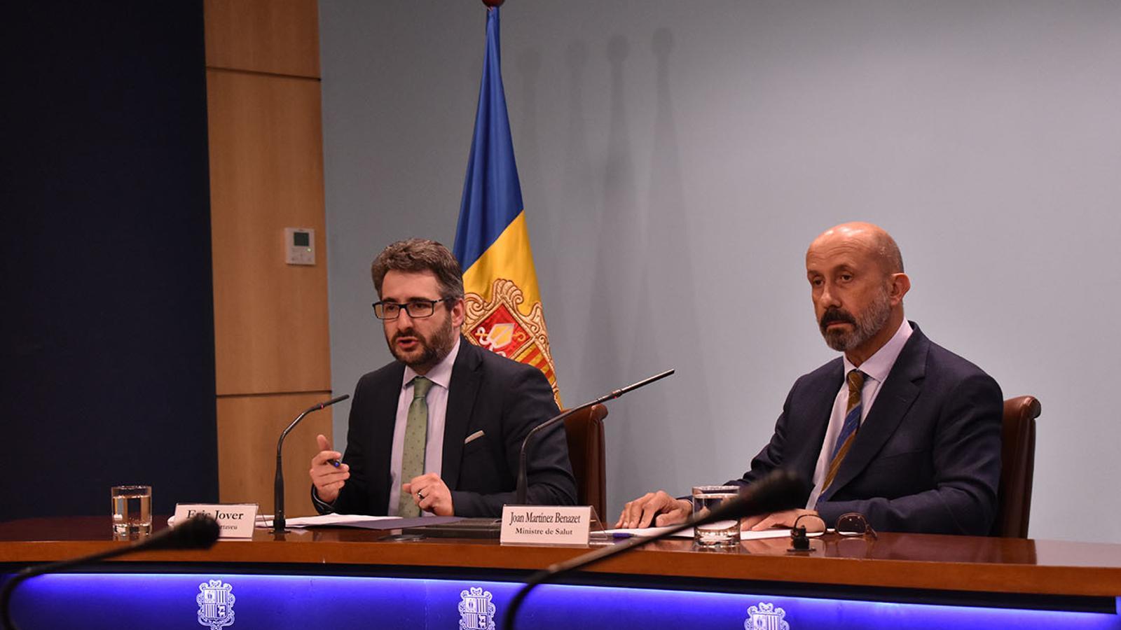 El ministre portaveu, Eric Jover, i el de Salut, Joan Martínez Benazet durant la compareixença d'aquest divendres al vespre. / M. F. (ANA)