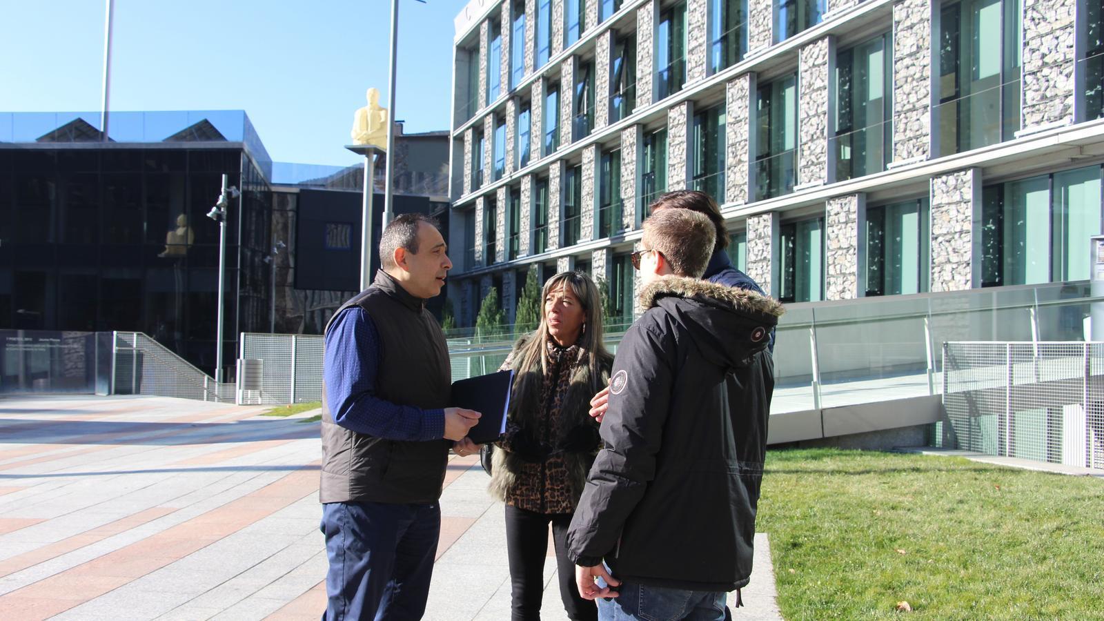 El candidat a cònsol menor de Terceravia + Independents d'Andorra la Vella, Jaume Carrera, amb José Carlos Trillo; Alicia Nieto i Guillem Tadeo, membres de la candidatura. / M. F.