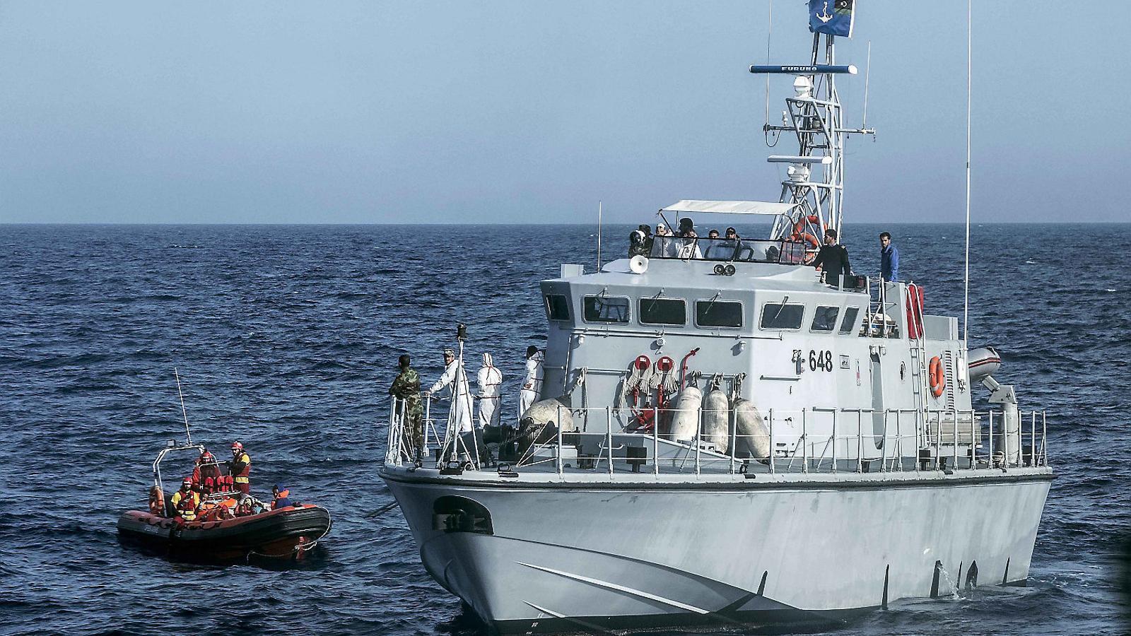 Guardacostes libis  amenacen de mort  Open Arms en un rescat