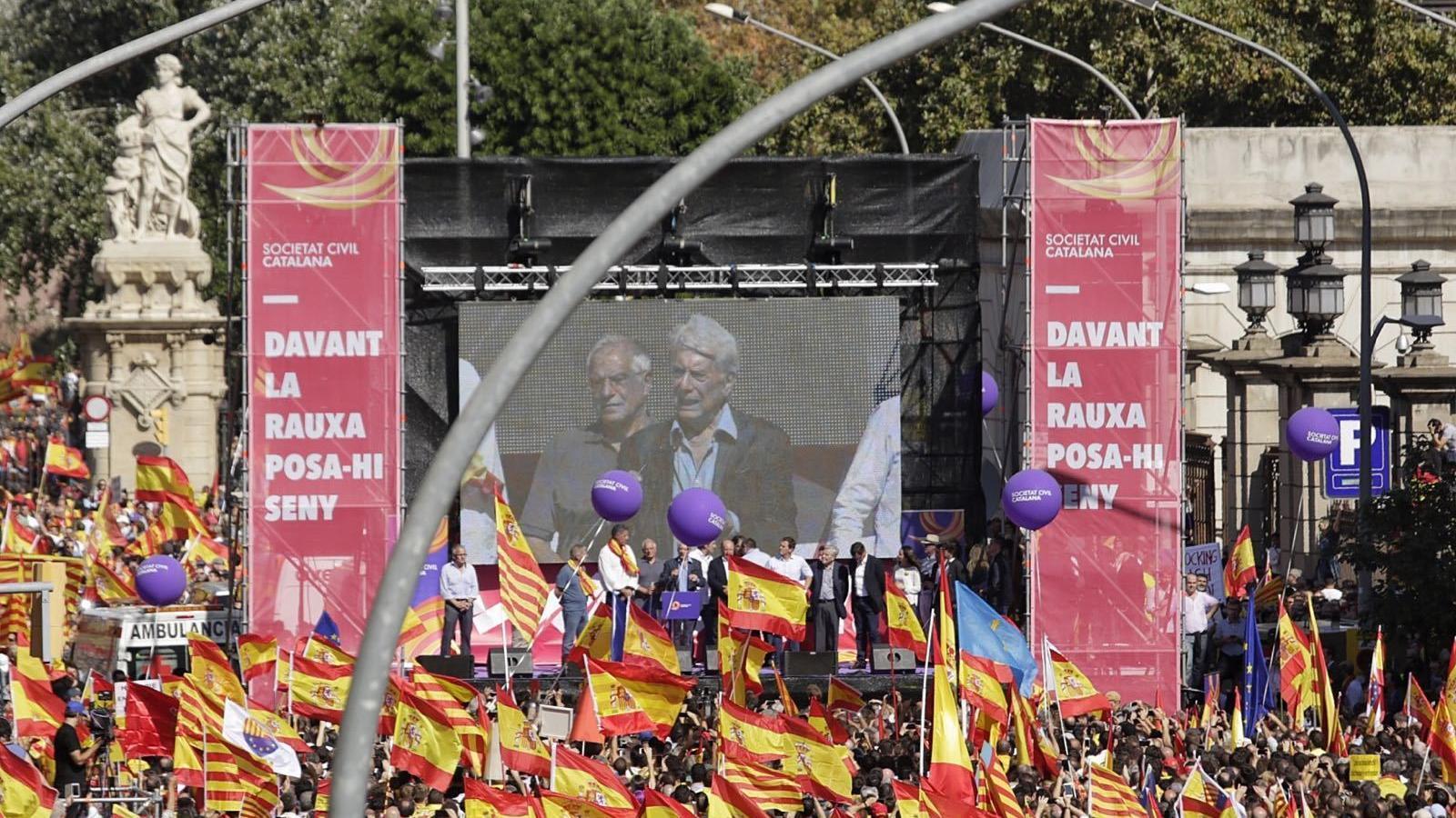 Borrell i Vargas Llosa parlant des de l'escenari davant la porta del Parc de la Ciutadella