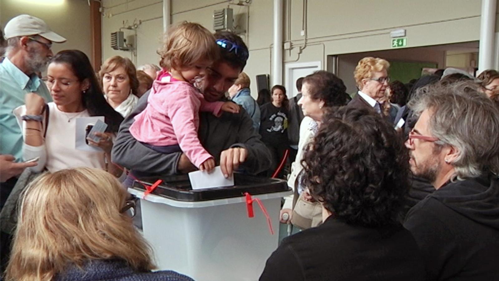 16 hores de mobilització a un col·legi electoral de Vic en 2 minuts