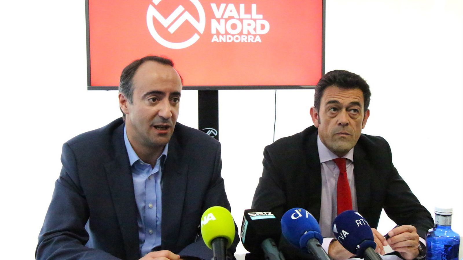 El cònsol major de la Massana i president de Vallnord, David Baró, i el cònsol major d'Ordino, Josep Àngel Mortés, durant la roda de premsa conjunta per anunciar la continuïtat de Vallnord. / C. G. (ANA)