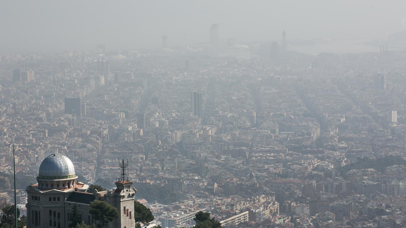 Declarat episodi de Contaminacio a Barcelona desde el Tibidabo i desde la carretera Horta Barcelona.