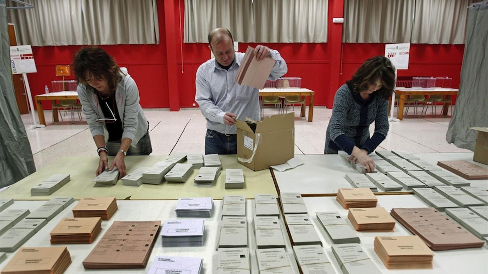 Preparació de paperetes i urnes per al 20-N en un col·legui electoral de Navarra / EFE