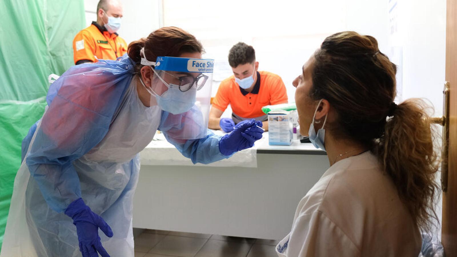 Una treballadora sanitària fa una prova de coronavirus a un centre de salut de Mallorca