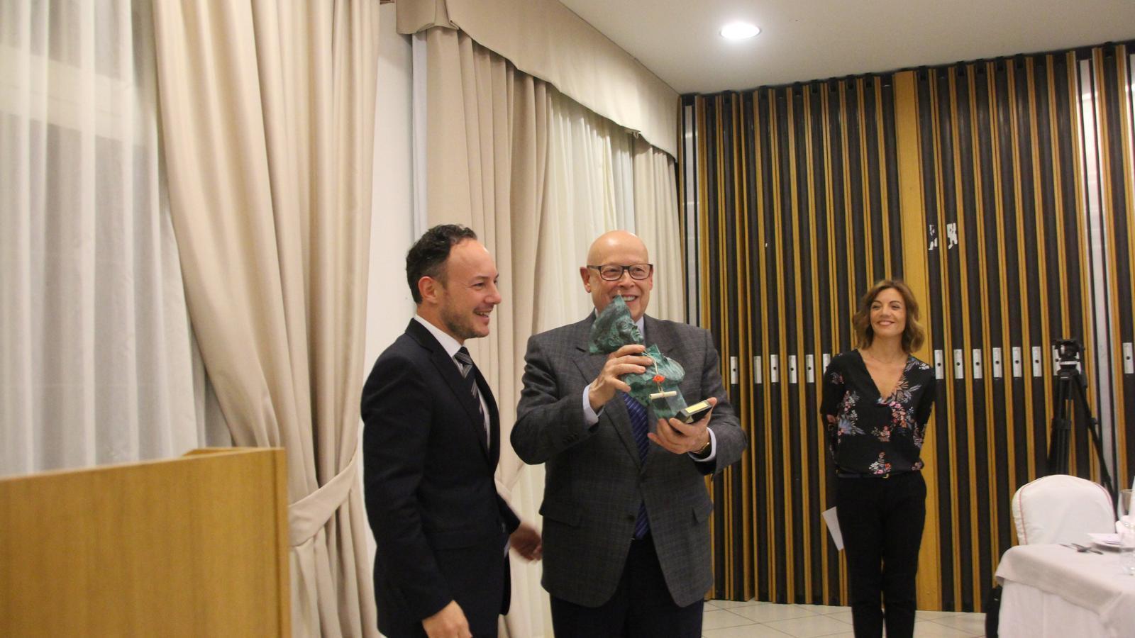 Xavier Espot entrega el premi Fiter i Rossell a Joaquim Brustenga. / A.S. (ANA)