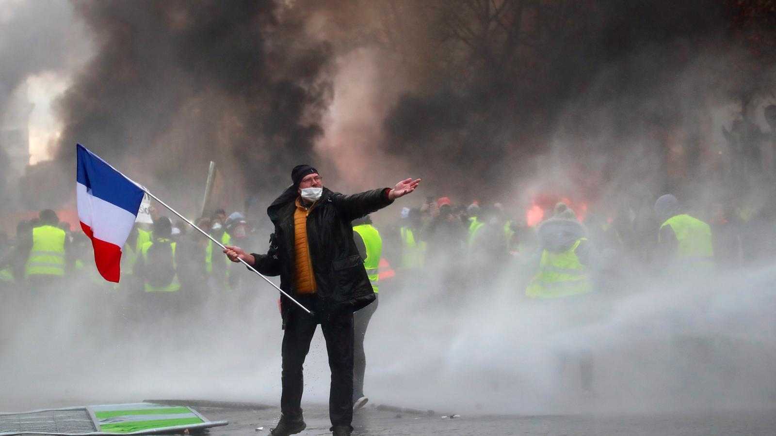 Els 'armilles grogues' encenen París