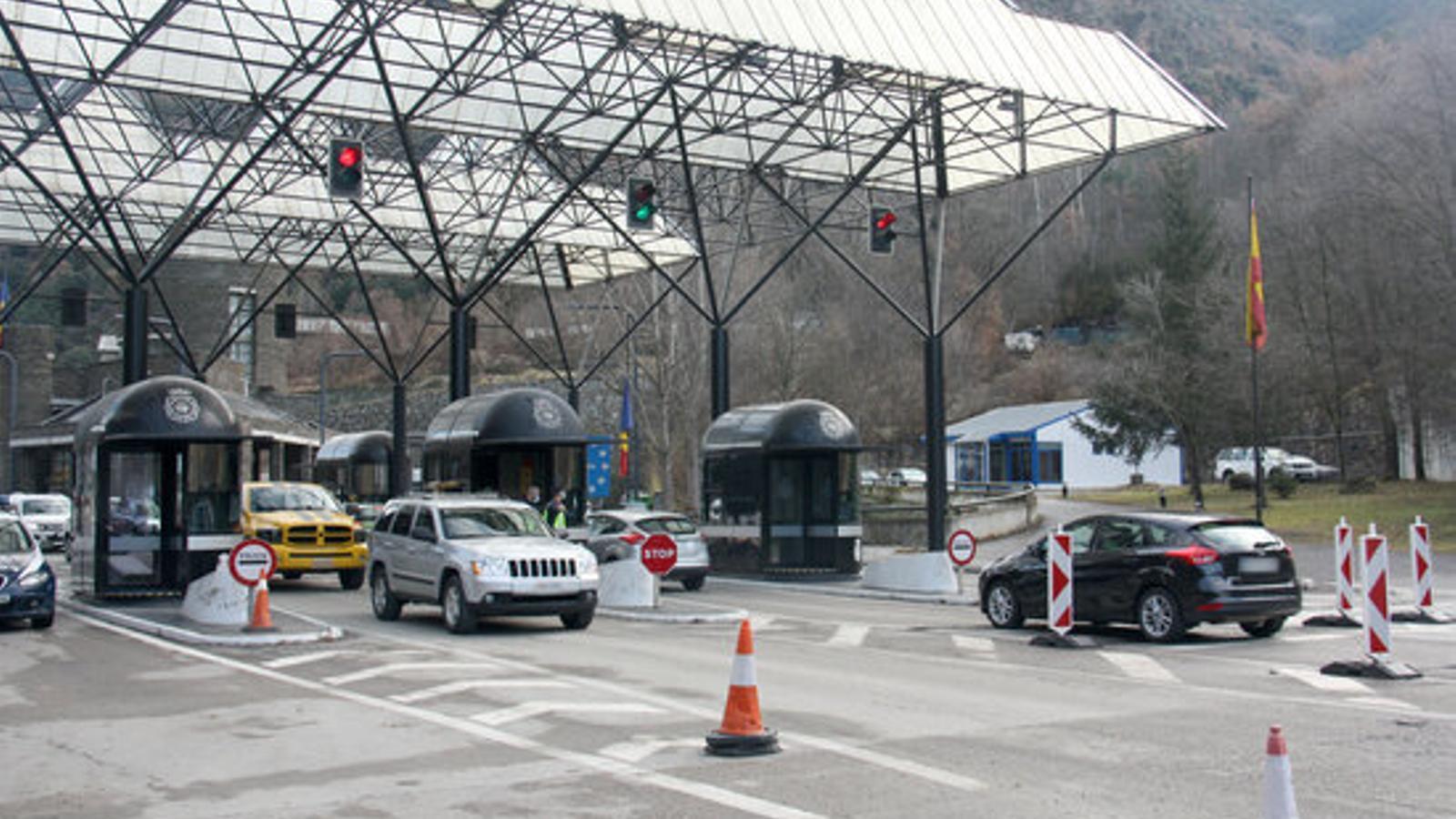 Vehicles creuant la frontera hispanoandorrana, aquest dilluns. / ACN